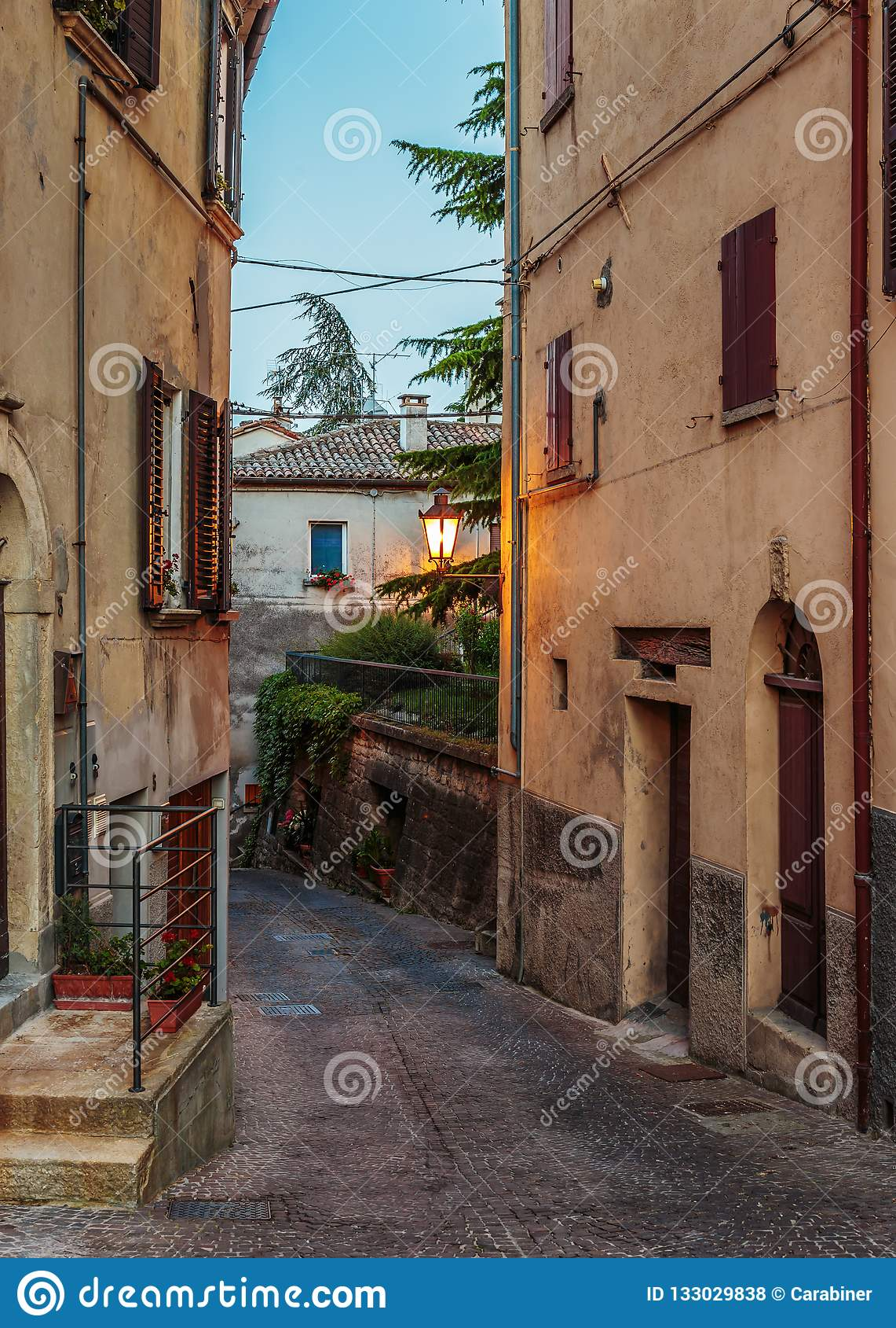 Calle en la ciudad vieja en la noche en Italia