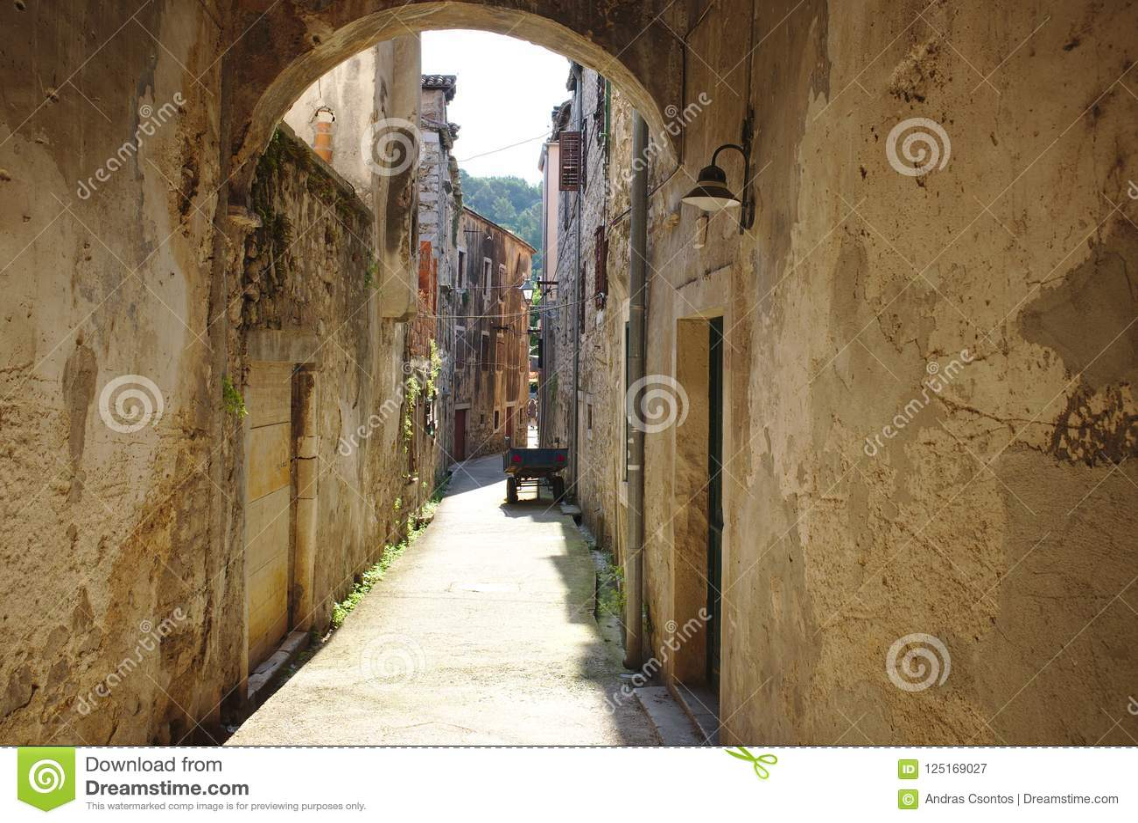 Calle estrecha agradable de la ciudad de Skradin en Croacia