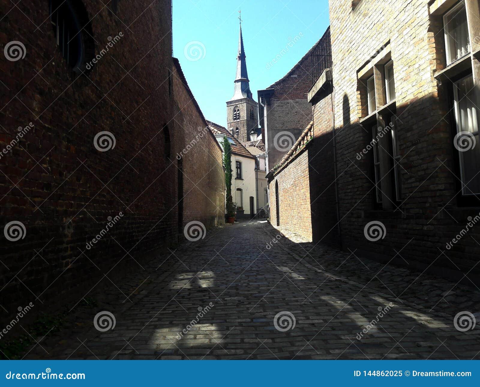 Calle estrecha de la ciudad europea medieval vieja, Brujas, B?lgica