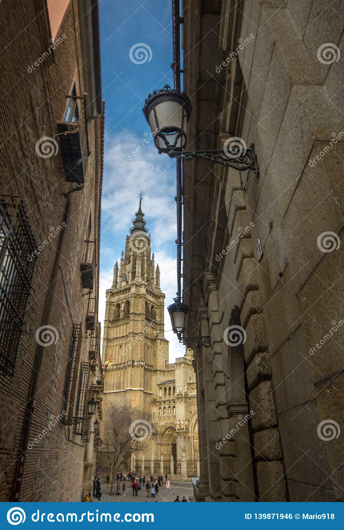Calle estrecha de Toledo y torre de la catedral de Toledo