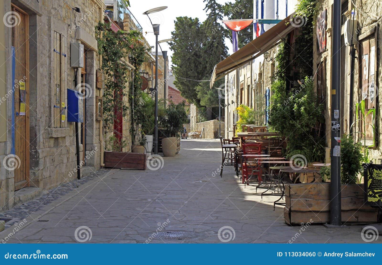 Calle estrecha en la ciudad vieja de Limassol