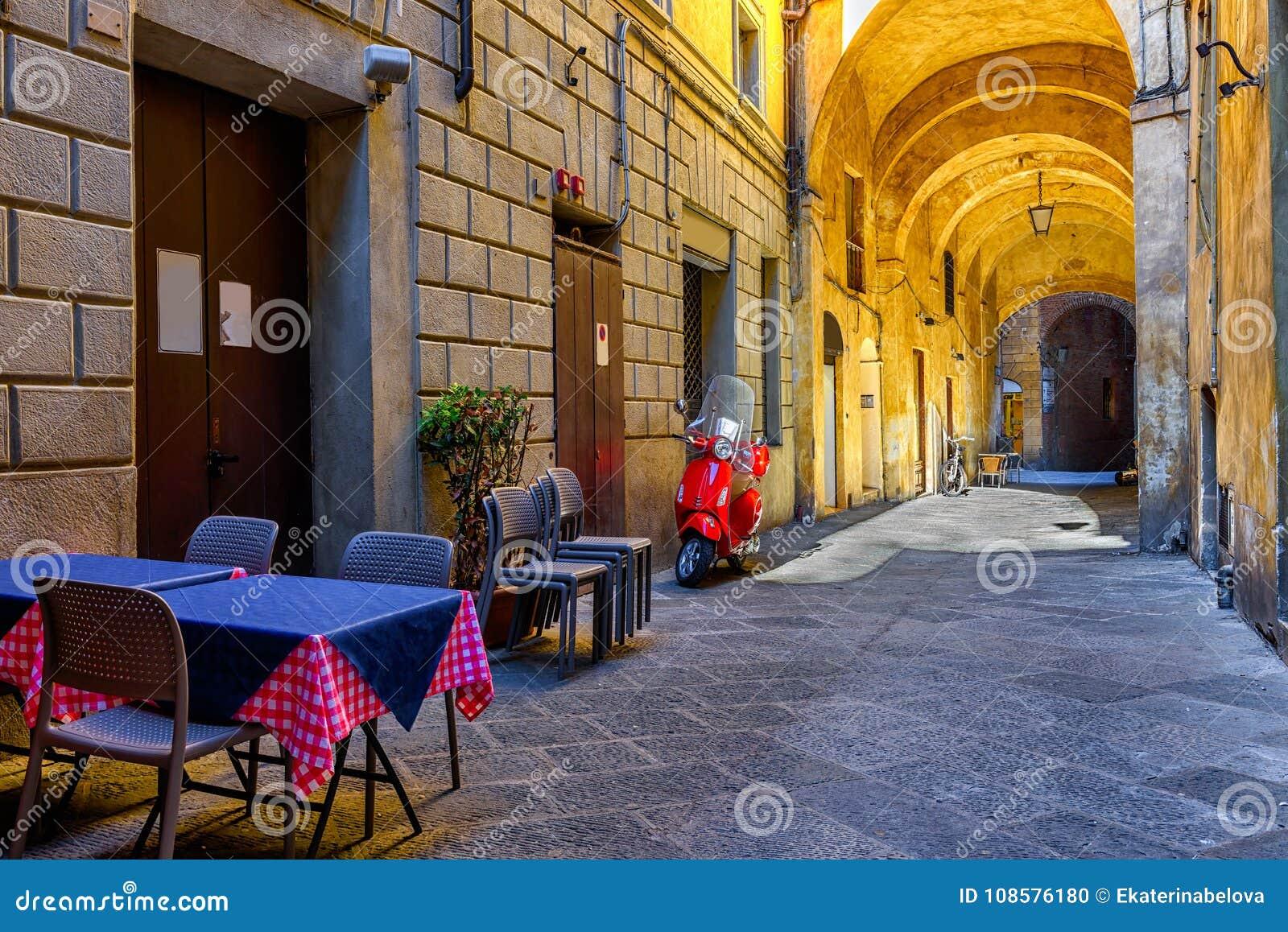 Calle estrecha medieval en Siena, Toscana