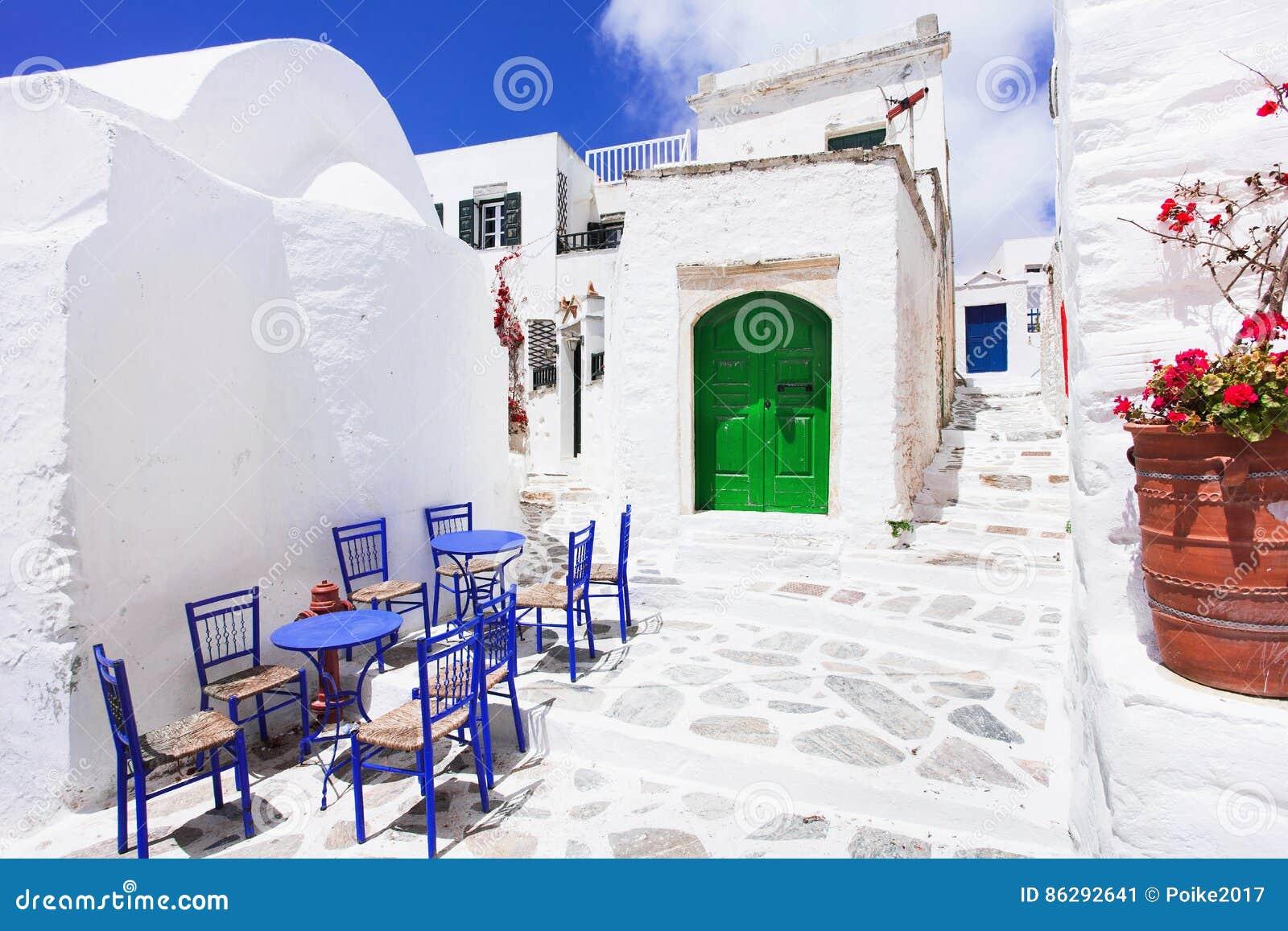 Calle griega tradicional con las flores en la isla de Amorgos, islas de Grecia