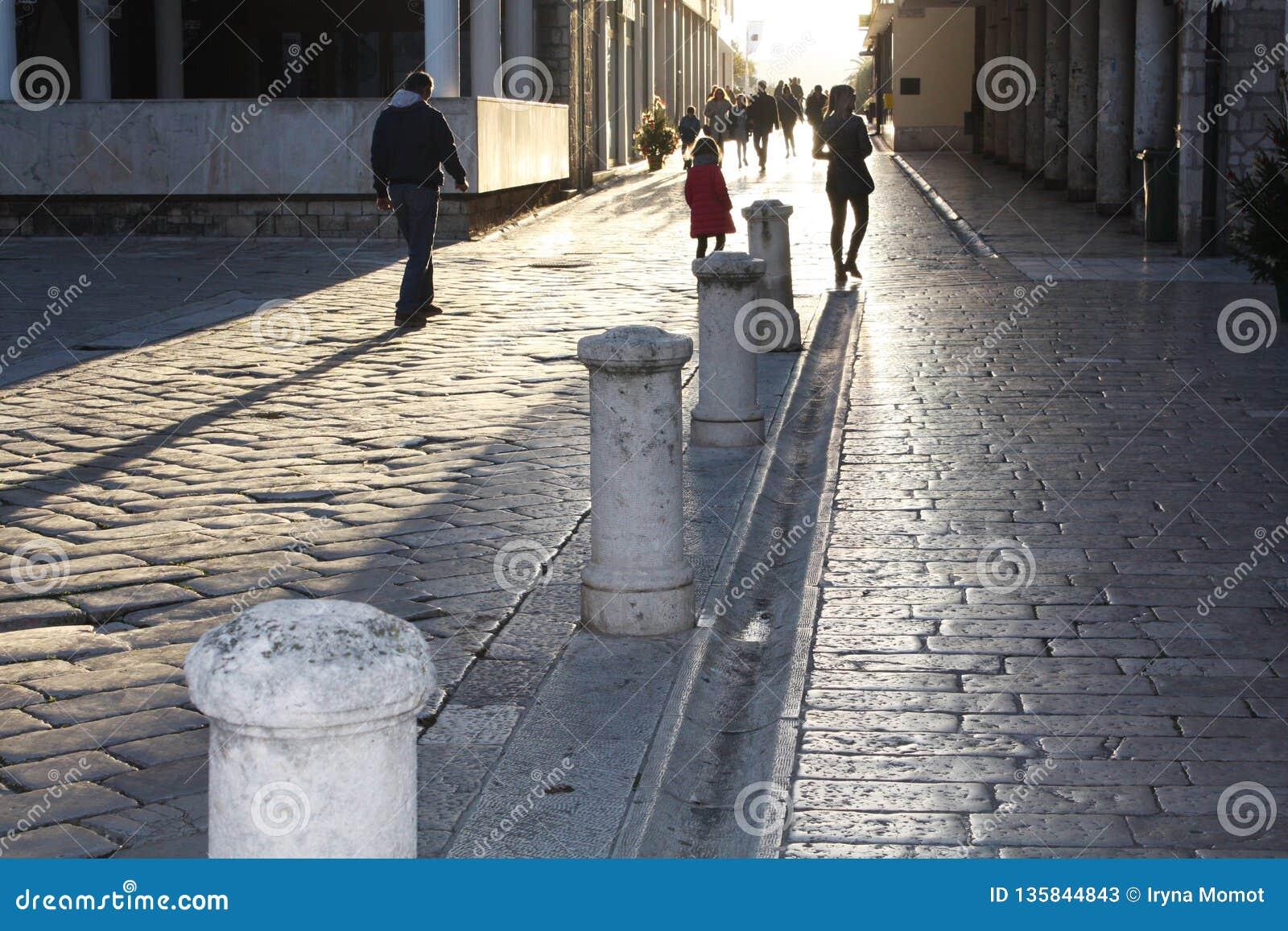 Calle histórica en Zadar Croacia a la torre de la catedral