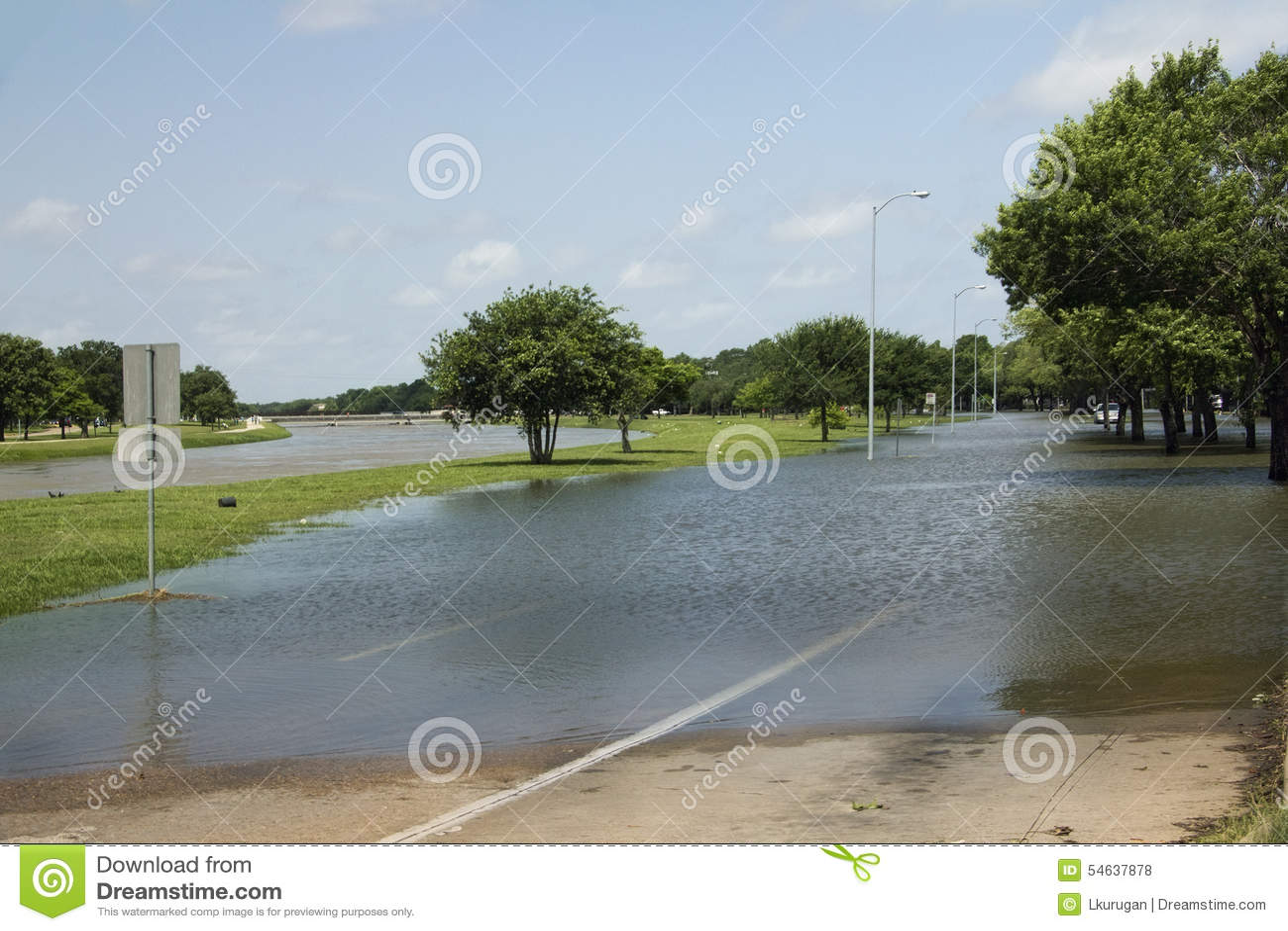 Calle inundada cerca del pantano