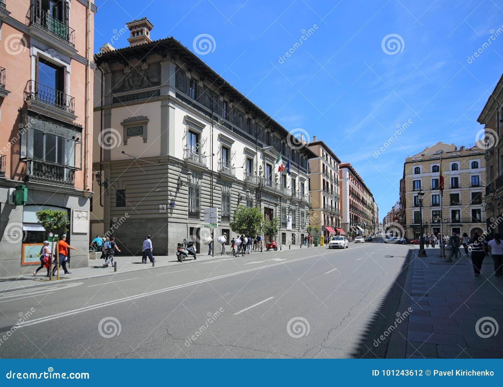 Calle Mayor no Madri, Espanha Esta rua é a mais popular para turistas no Madri