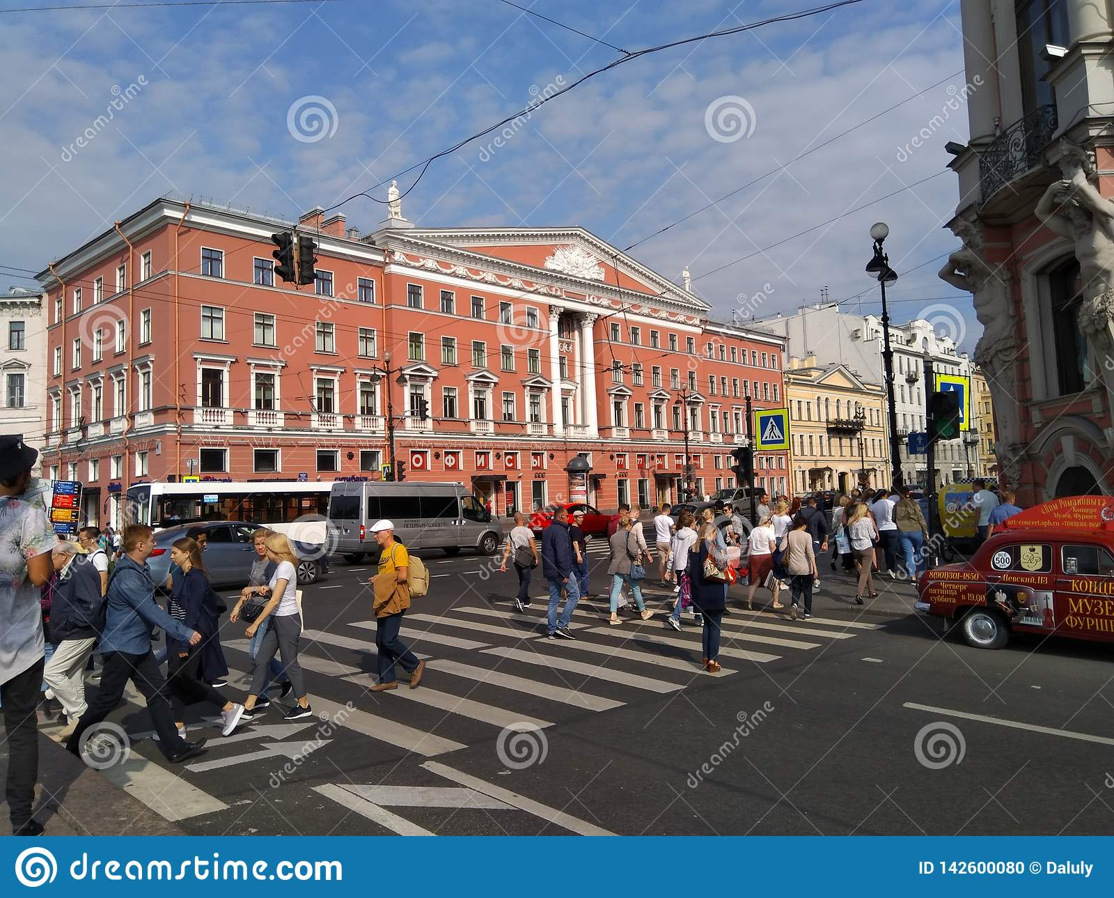 Calle muy ocupada de St Petersburg en la ciudad de centro