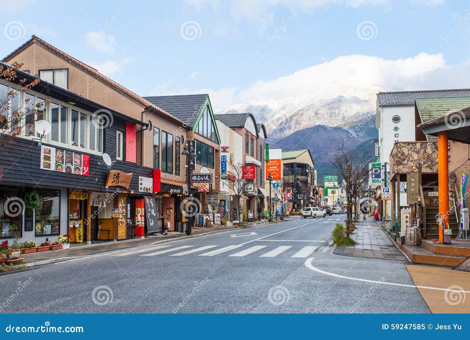 Calle principal de Yufuin en Japón