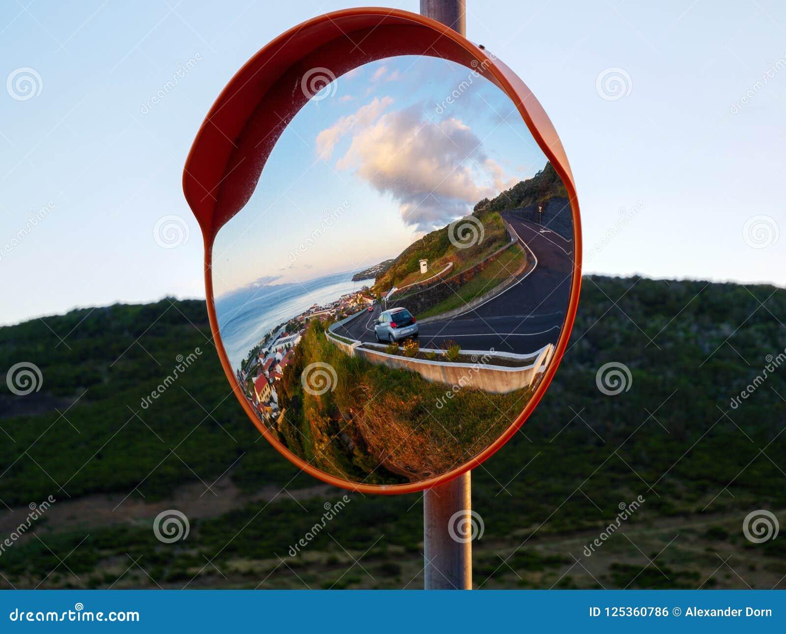Calle reflectora y ciudad del espejo redondo del tráfico