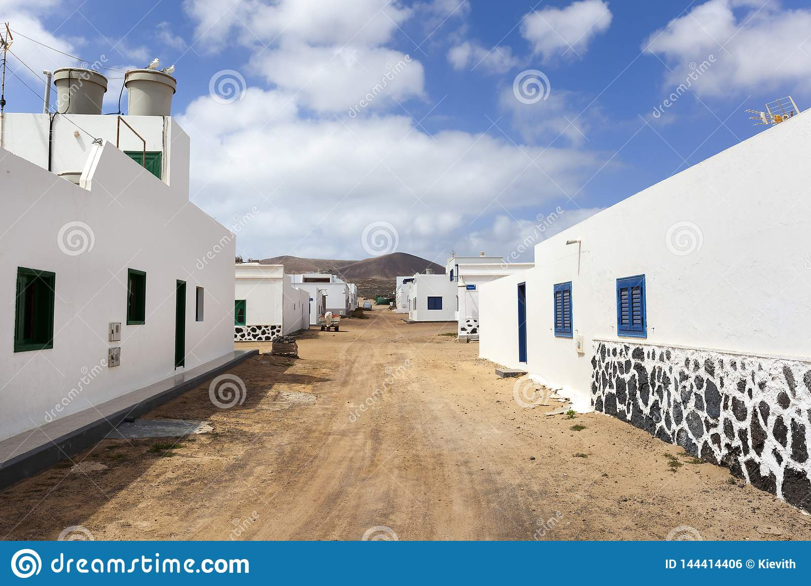 Calle vac?a con la arena y casas blancas en Caleta de Sebo en el La Graciosa de la isla