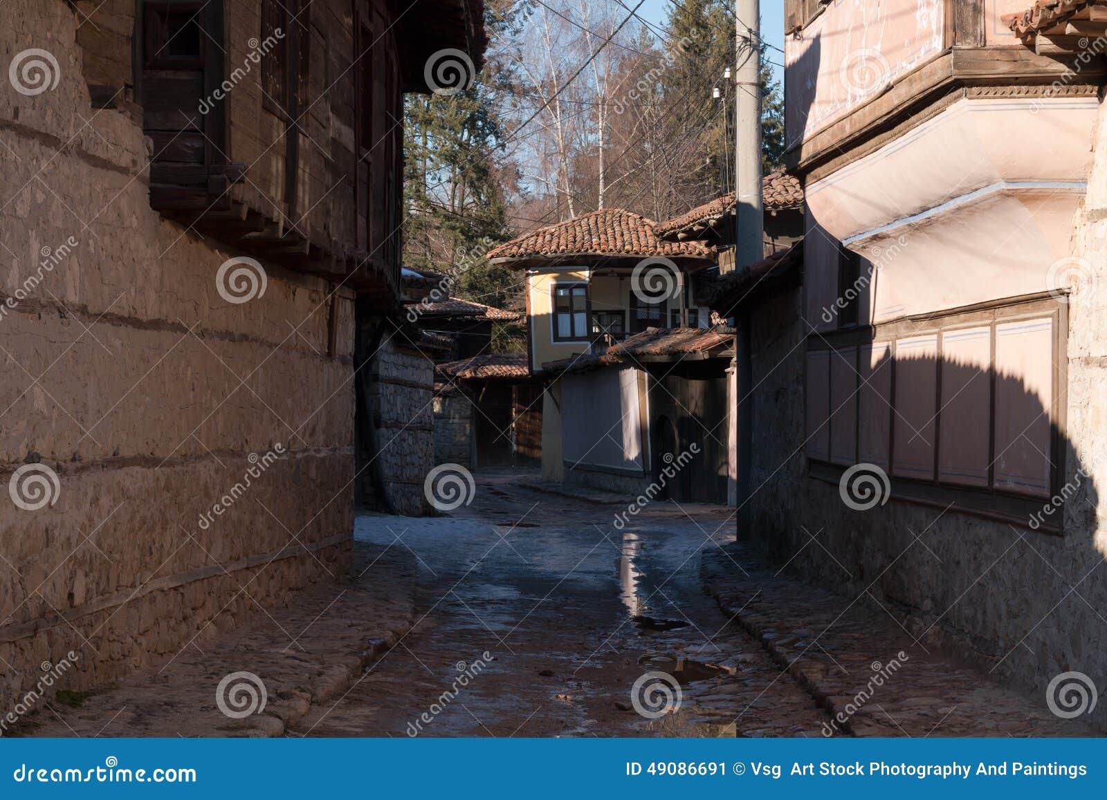 Calle y casas en la ciudad vieja de Koprivshtitsa, Bulgaria