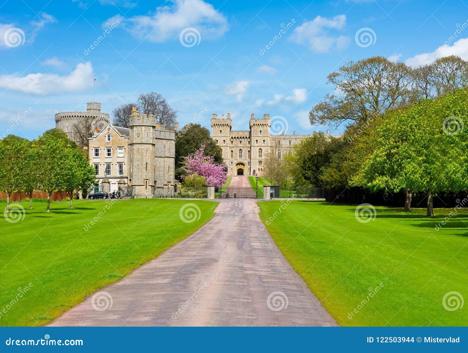 Callejón al castillo de Windsor en la primavera, suburbios de Londres, Reino Unido