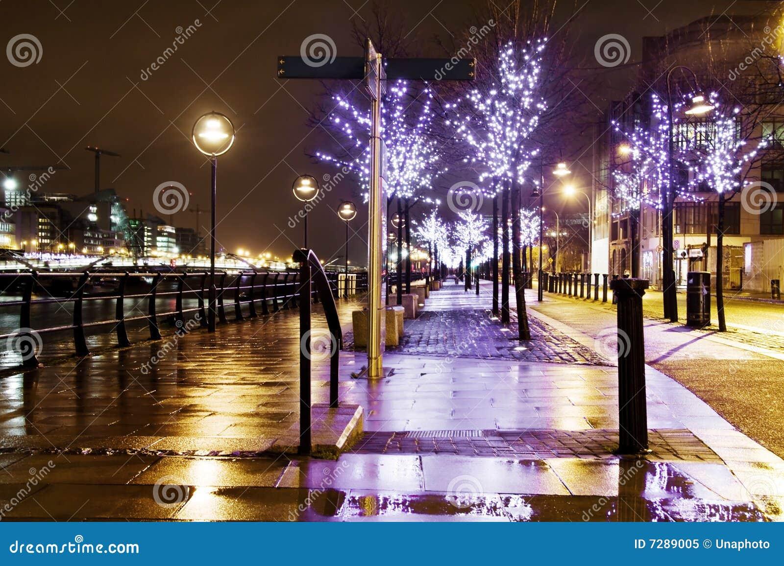 Callejón iluminado azul en la noche en la ciudad