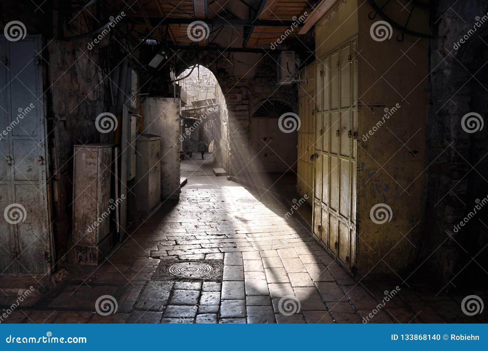 Callejón inundado ligero en Jerusalén