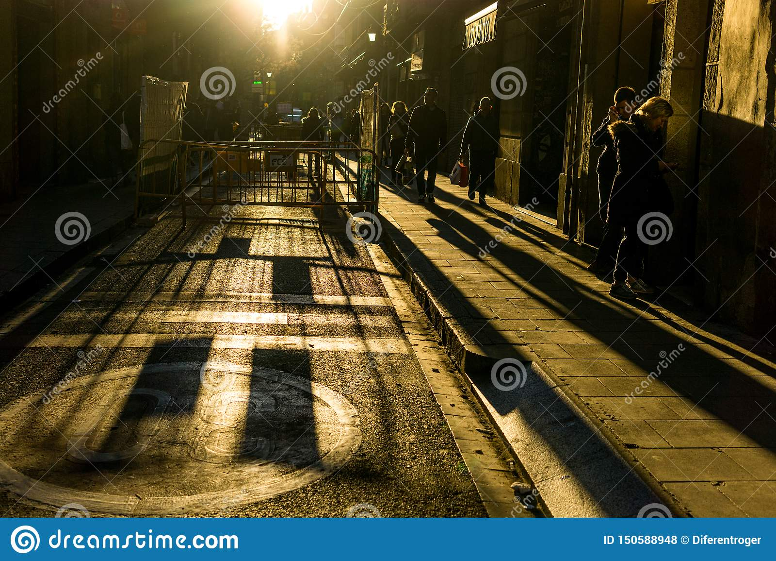 Calles con la gente irreconocible con alto contraste y fondo oscuro