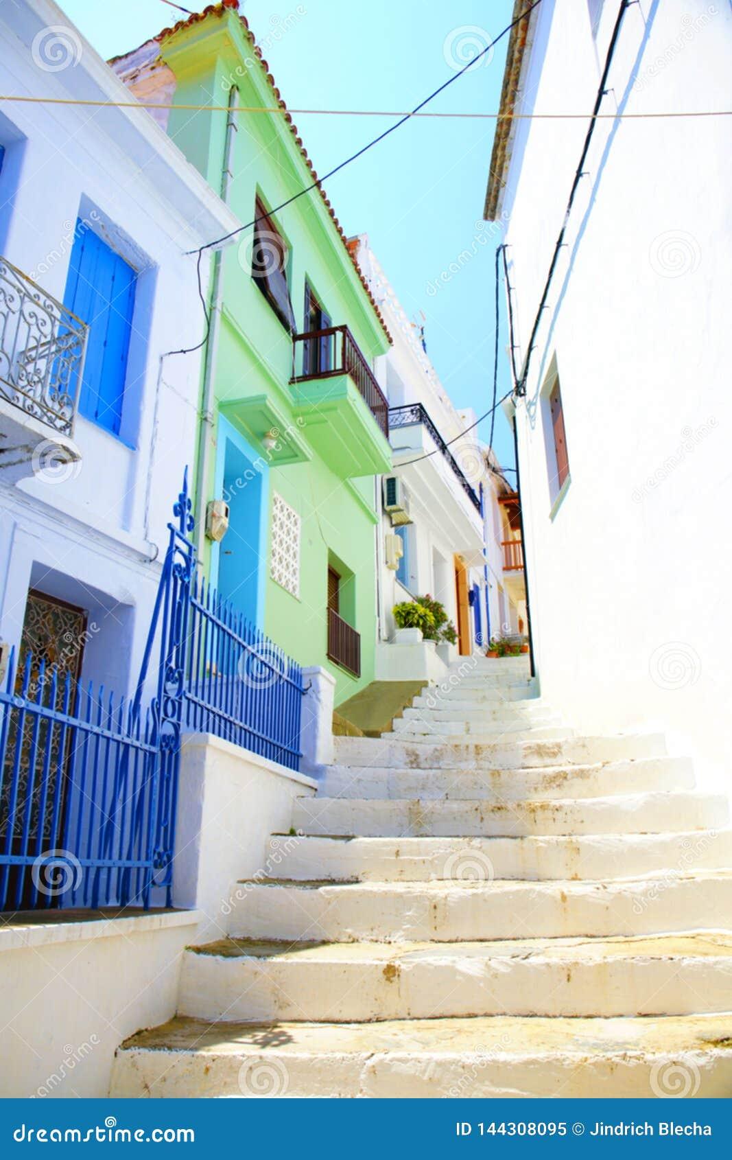 Calles estrechas de la ciudad de Skopelos, Grecia