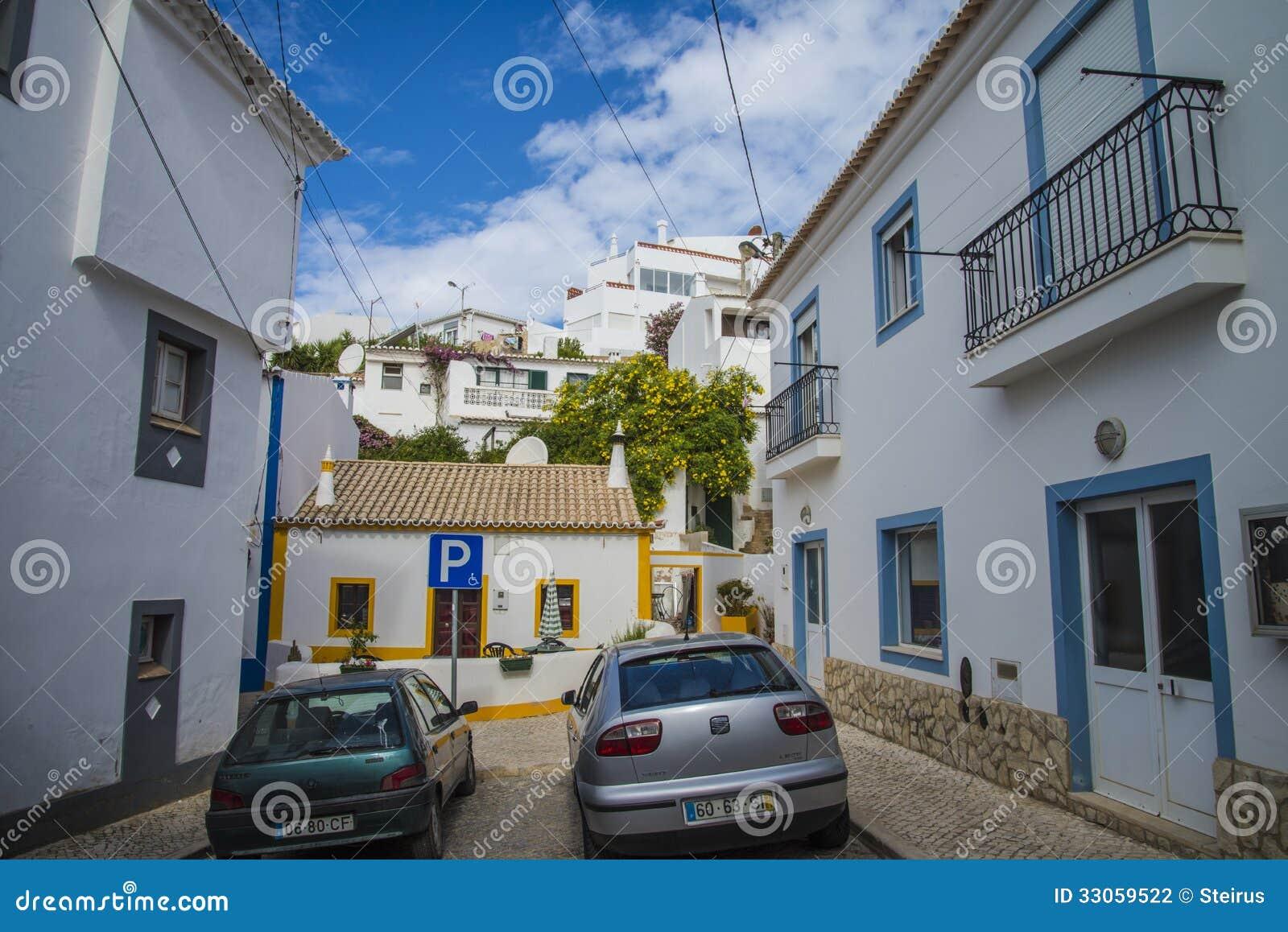 Calles estrechas y casas blancas pintadas en burgau for Casas estrechas