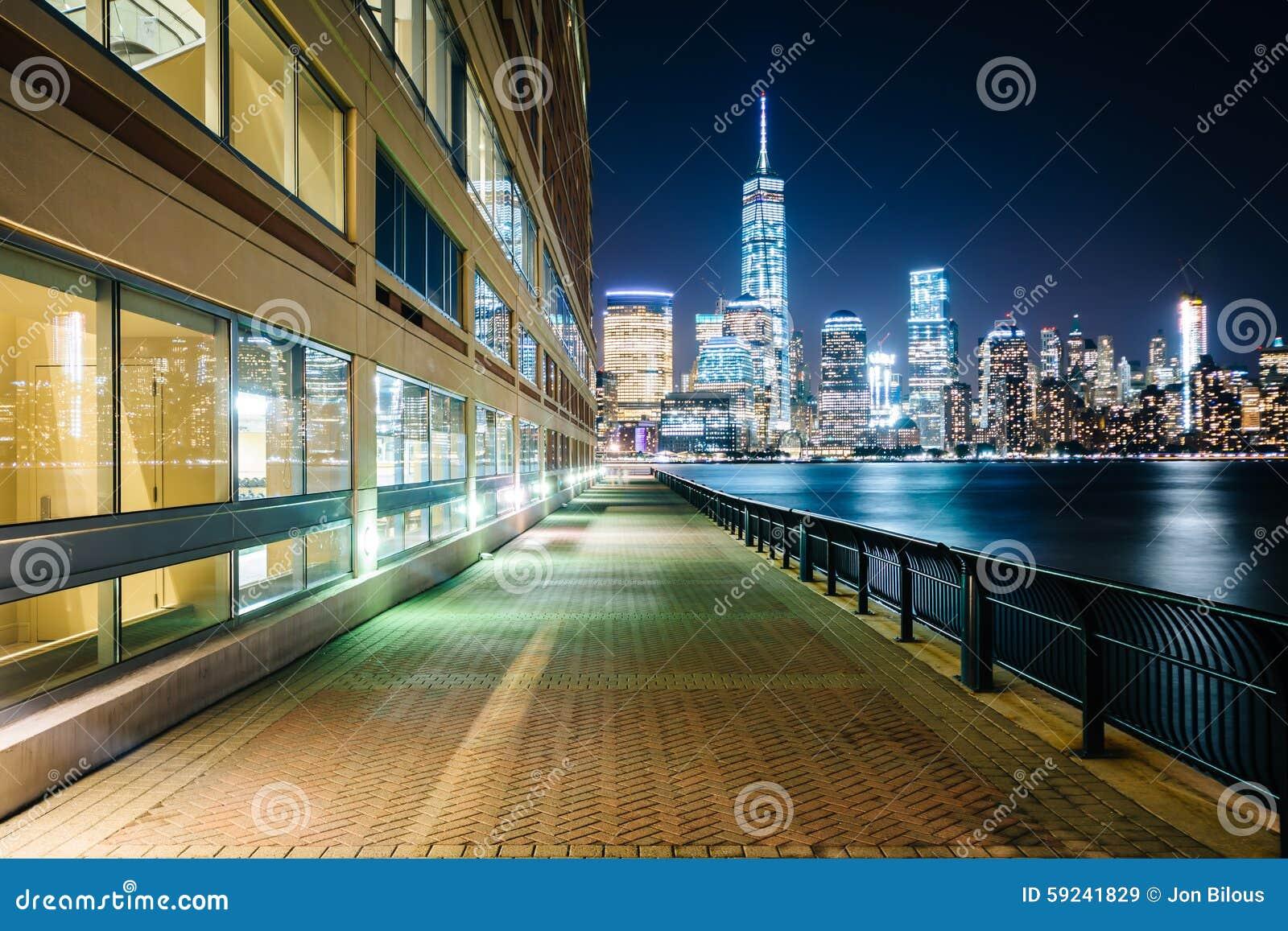 Calzada de la costa y vista del horizonte del Lower Manhattan en el ni