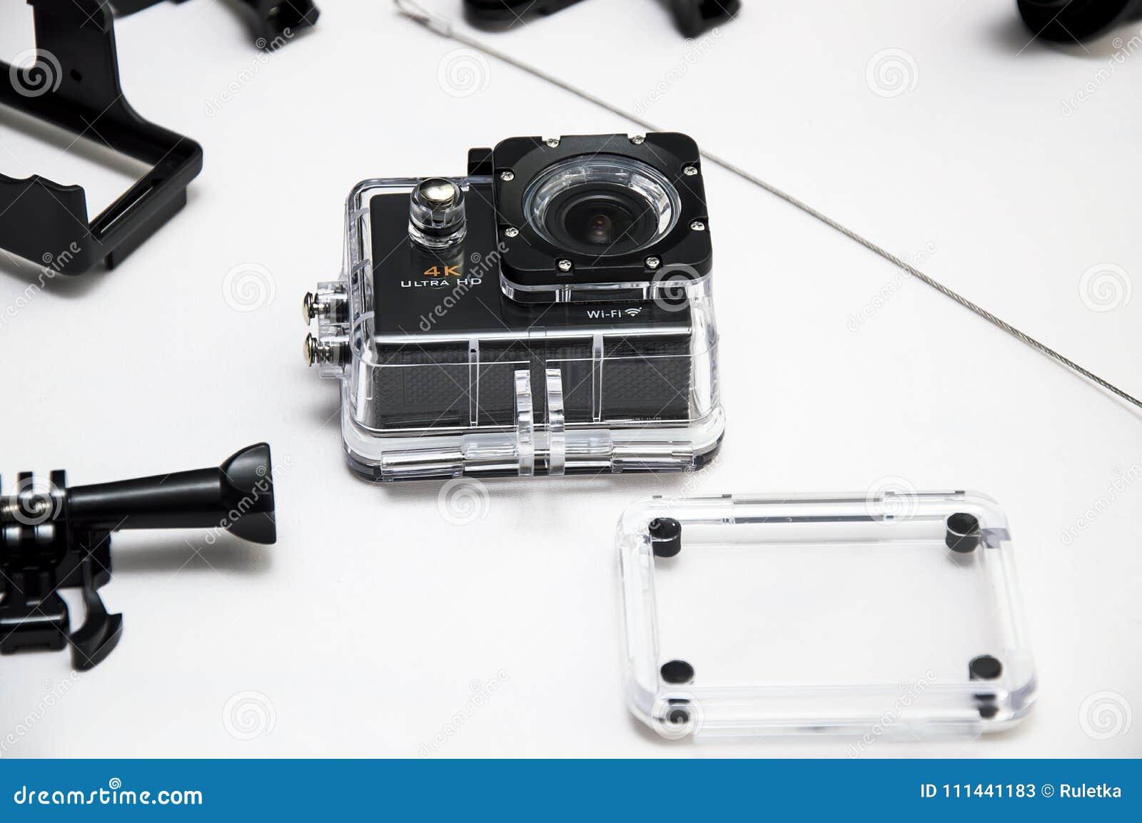 Caméra d action avec des accessoires sur la vue supérieure de fond blanc L instrument compact imperméable, soutiennent la vidéo 4