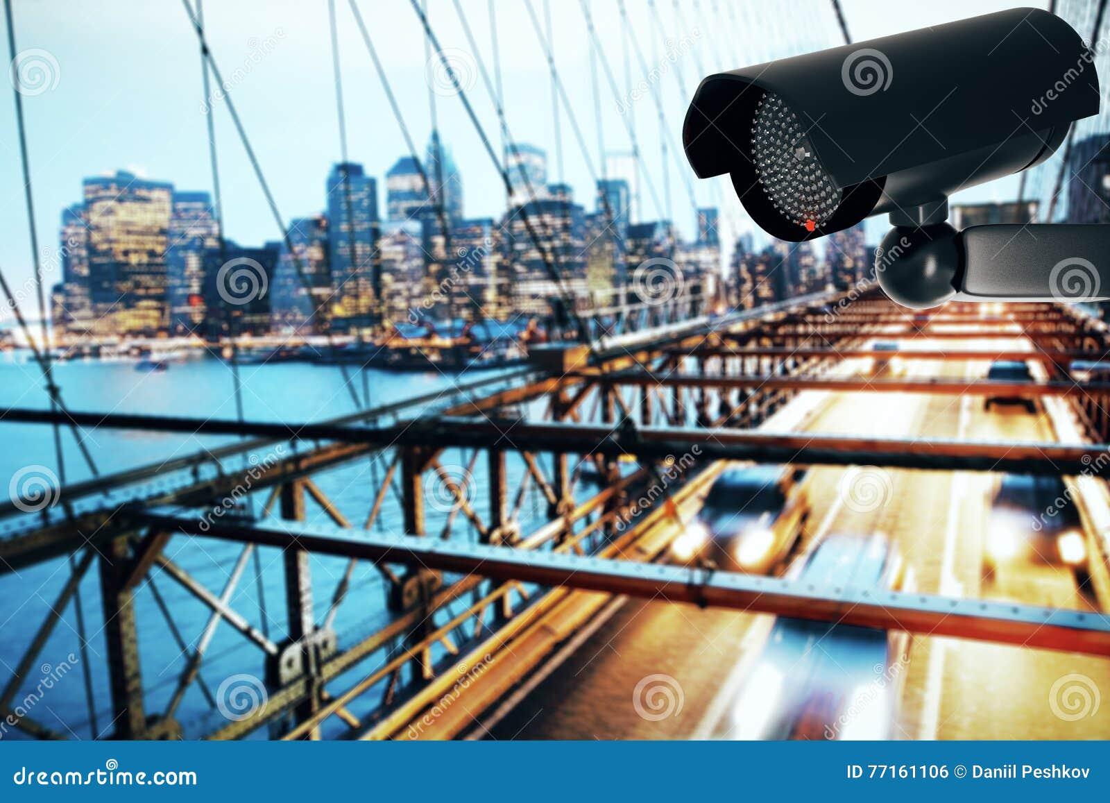 Caméra de sécurité noire sur le fond de ville