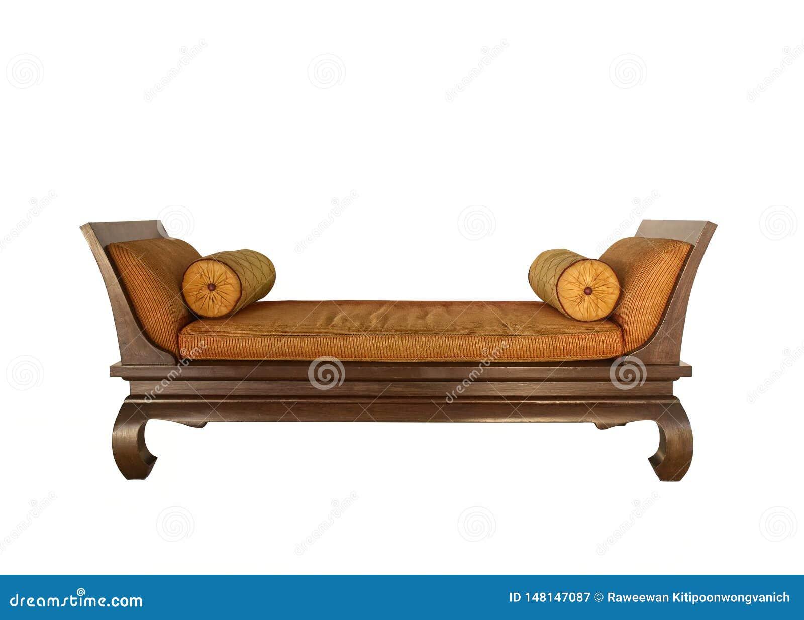 Cama antigua con la almohada de reclinación redonda del colchón, estilo tradicional tailandés Aislado en blanco