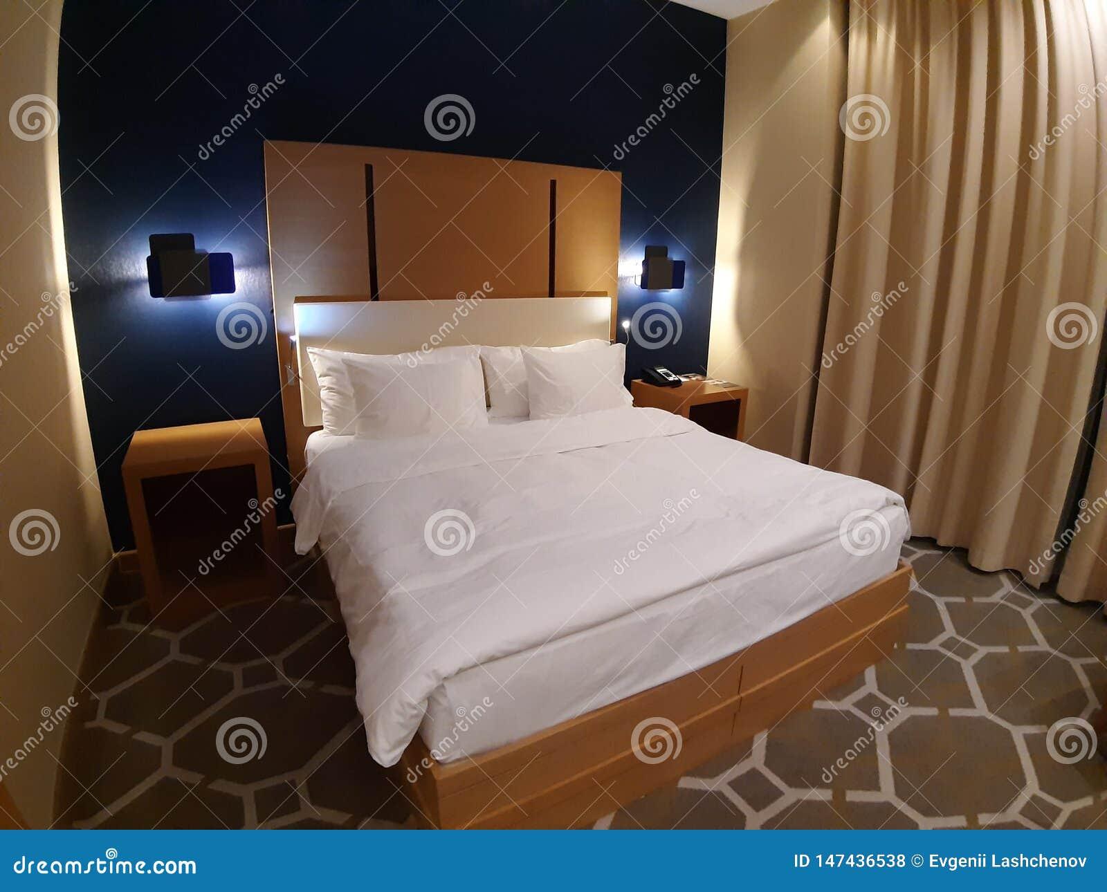 Cama bonita grande no interior do hotel Sochi 05 10 2019