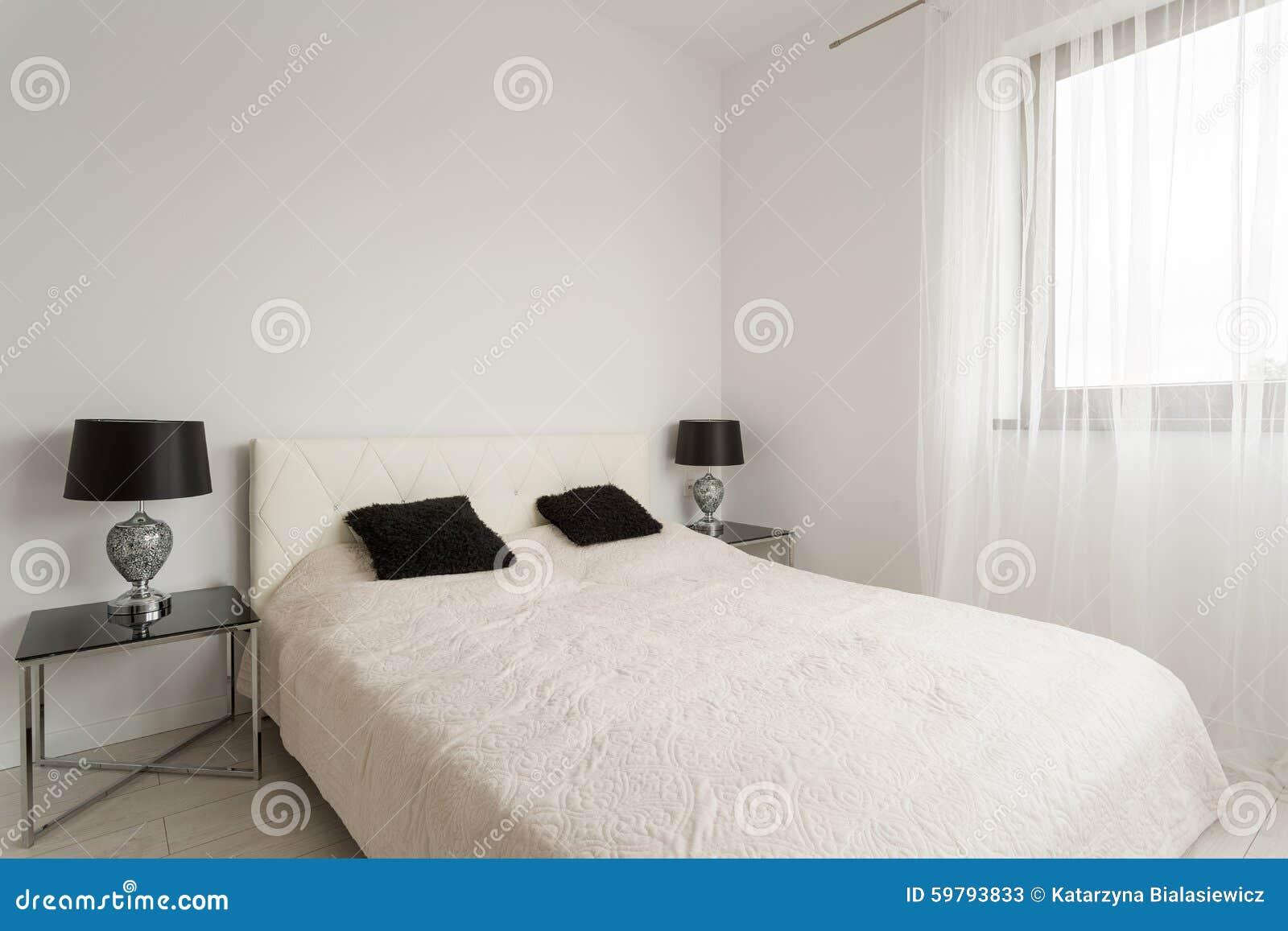 Cama de casal na sala branca