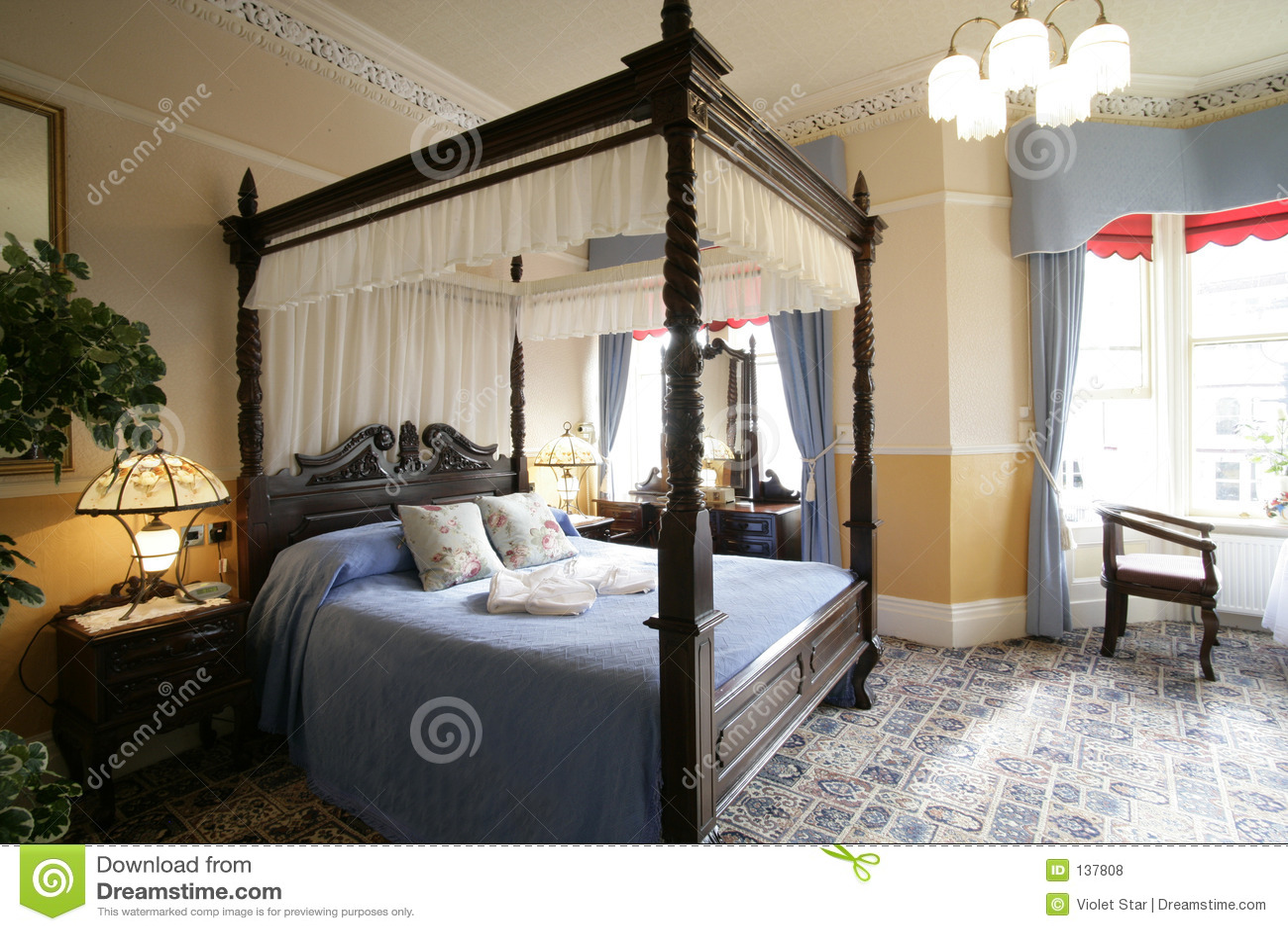 Cama de la cama imperial fotos de archivo libres de for Cama imperial