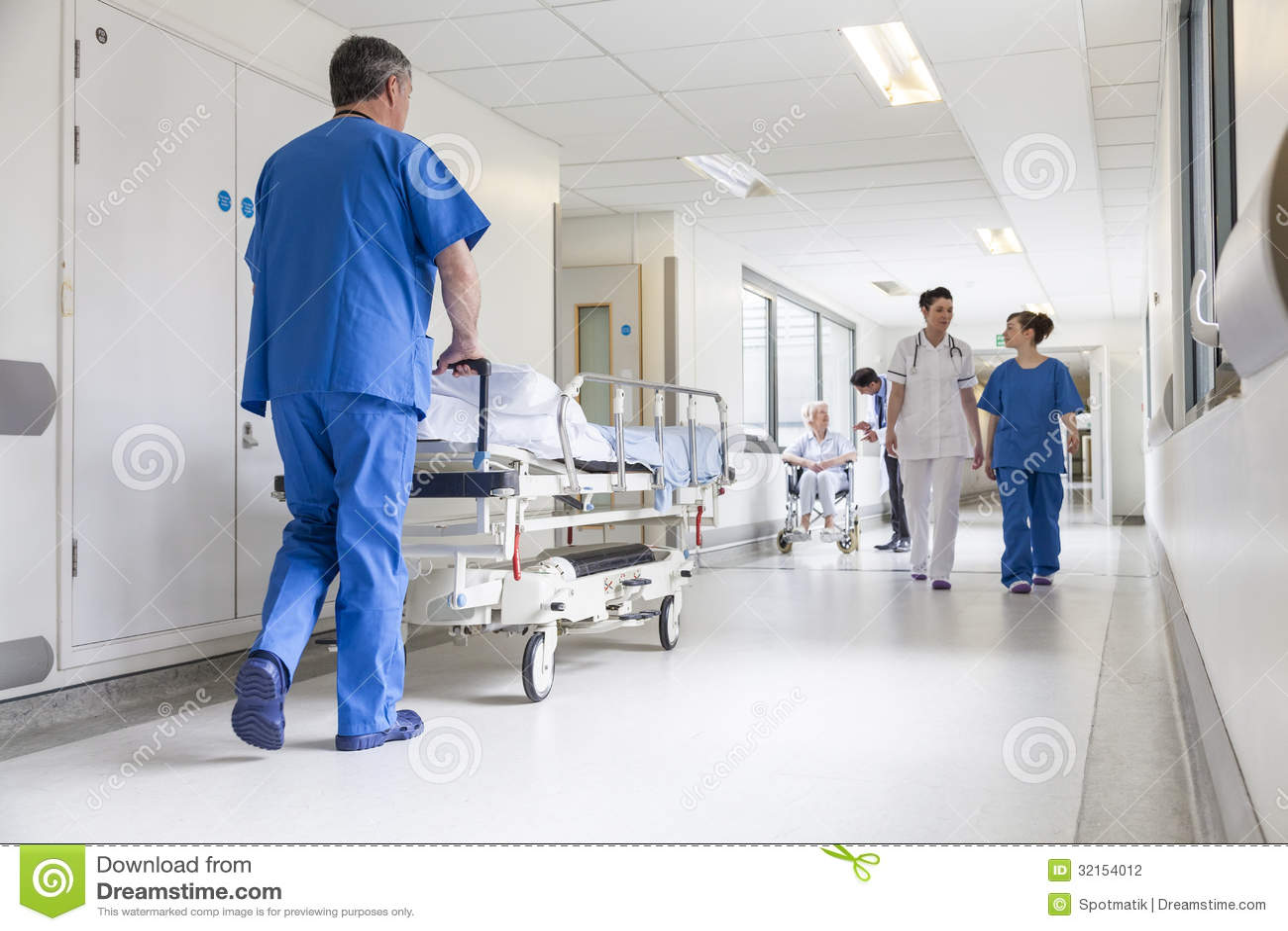 Cama de los doctores Hospital Corridor Nurse Pushing Gurney Stretcher