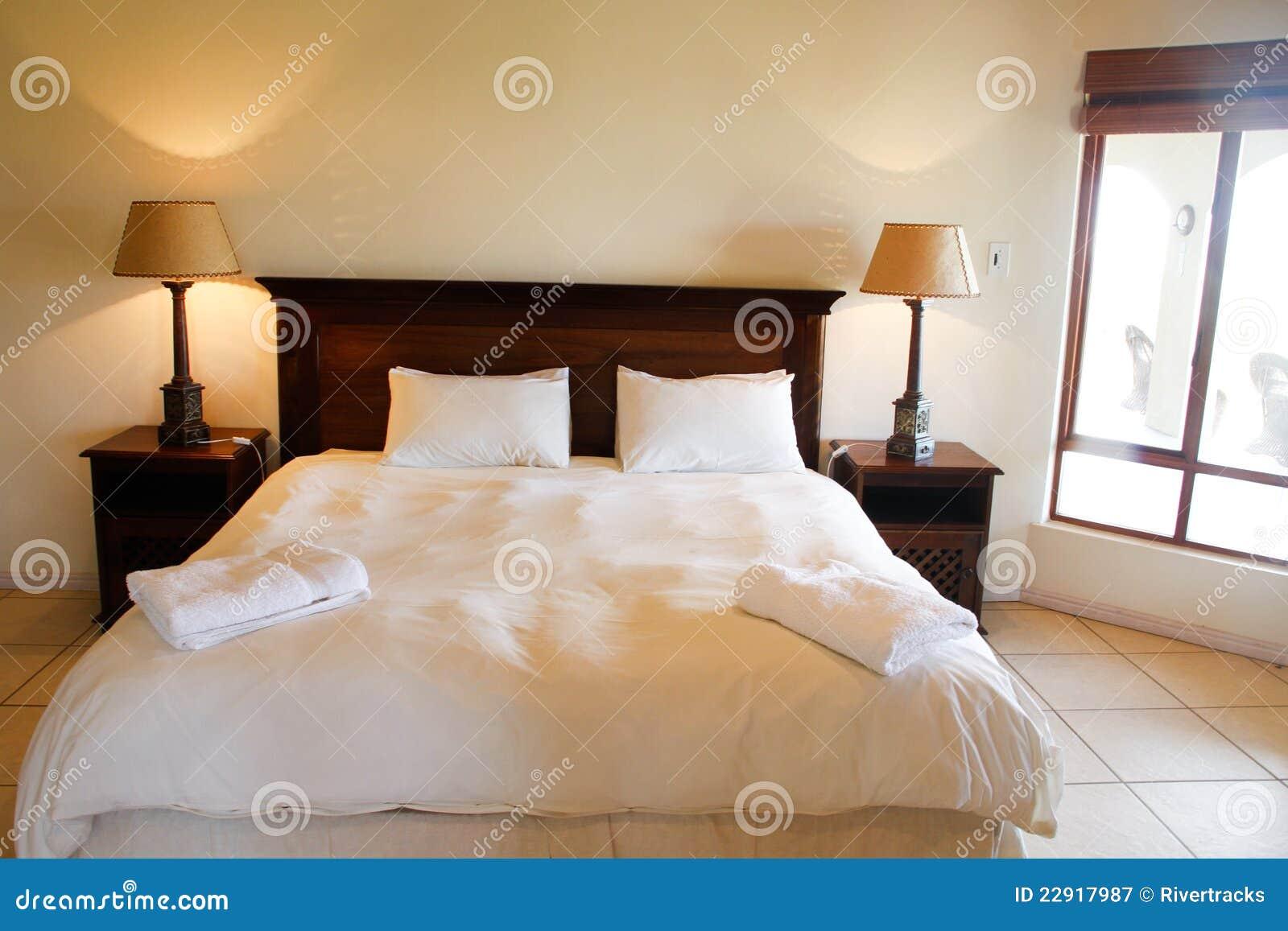 Cama de madera en un dormitorio de lujo fotograf a de - Dormitorio de madera ...
