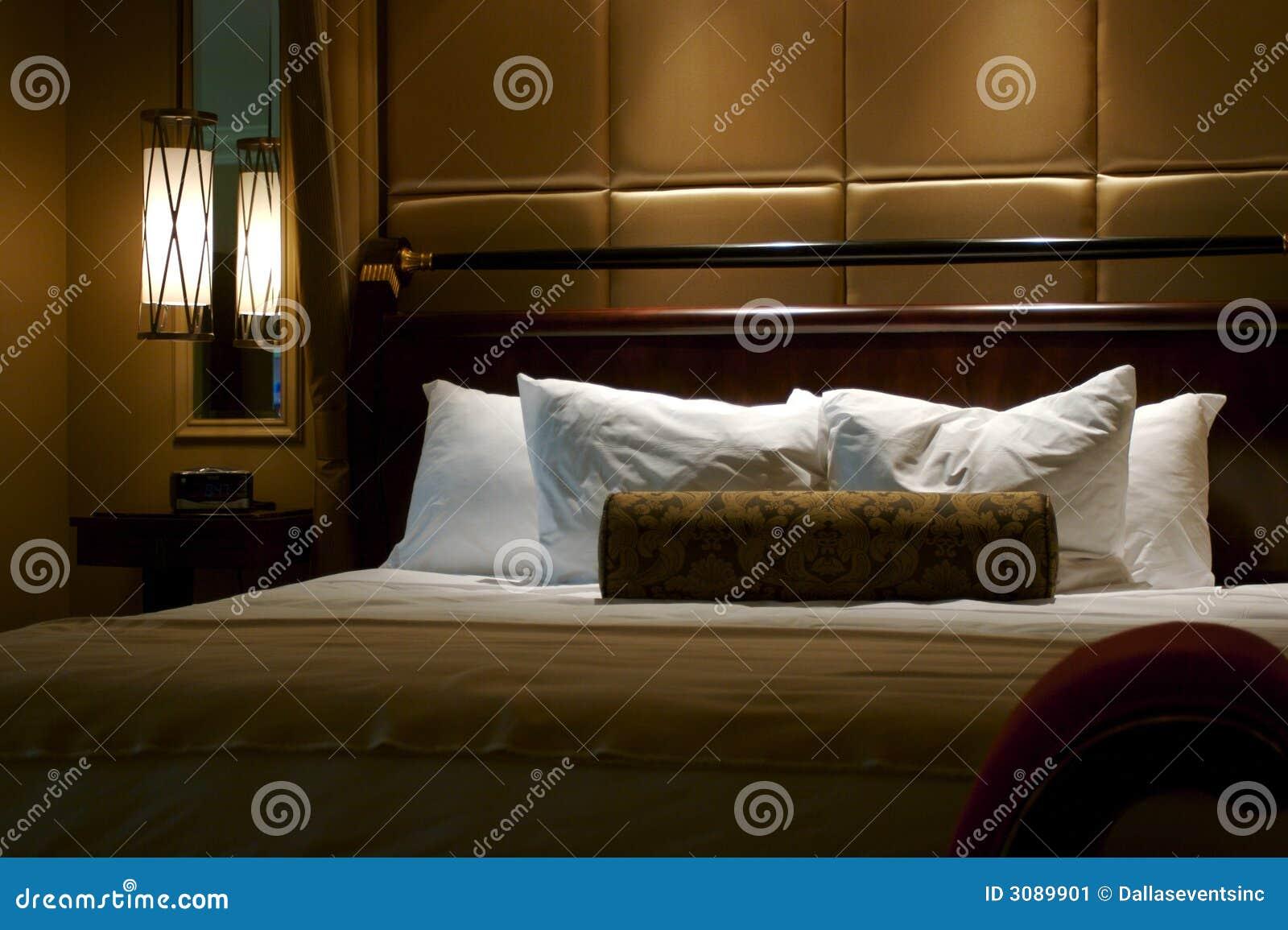 Cama do rei em um quarto de hotel