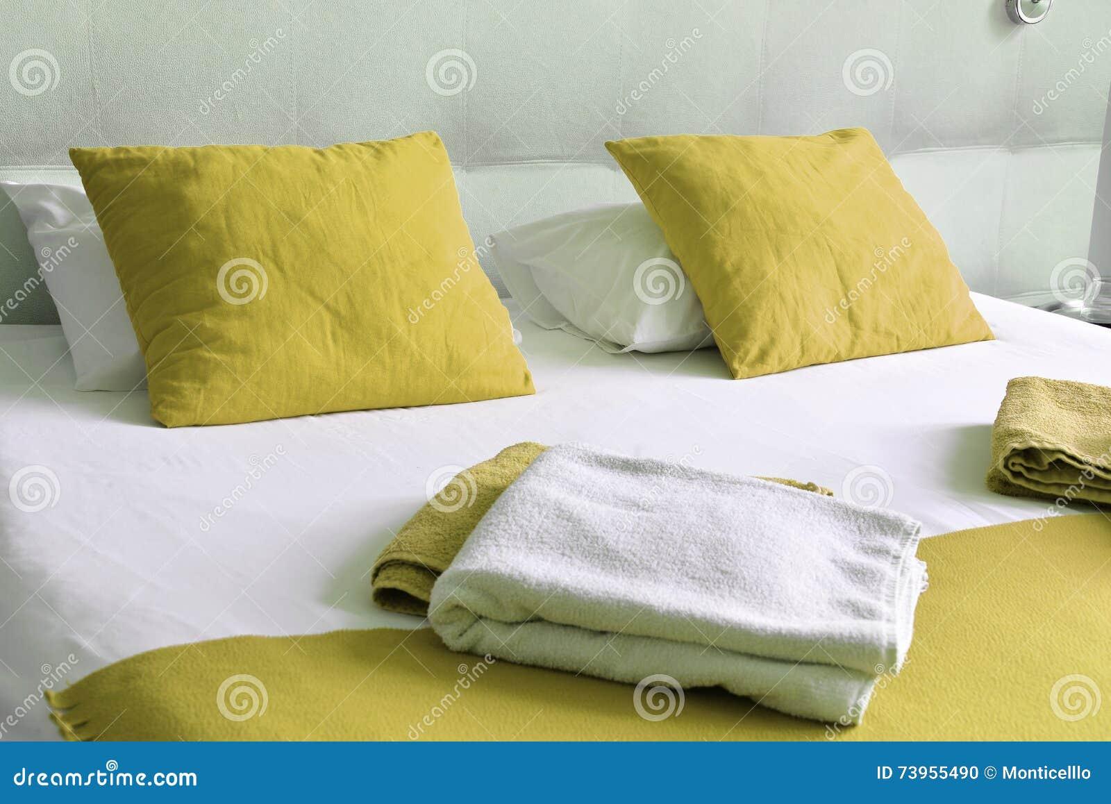 Cama dobro no quarto de hotel acomodação