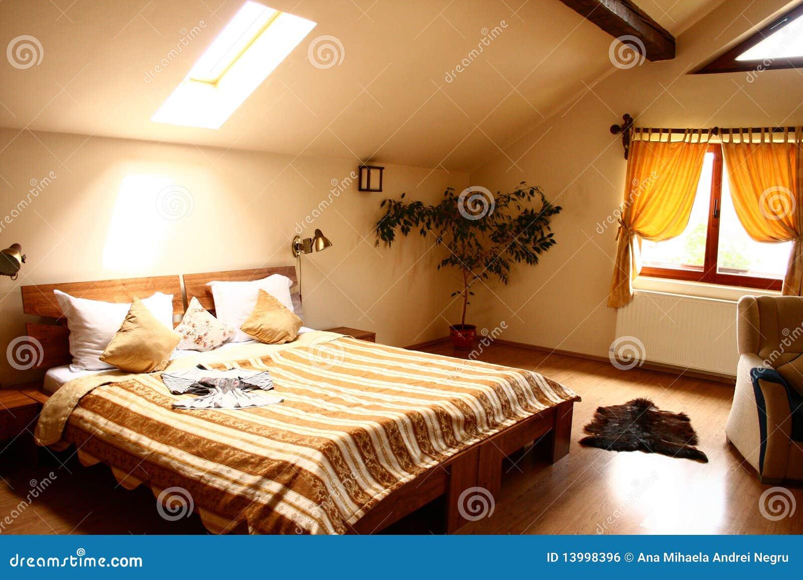 Cama grande em um quarto de hotel no s t o imagem de stock for Camas grandes