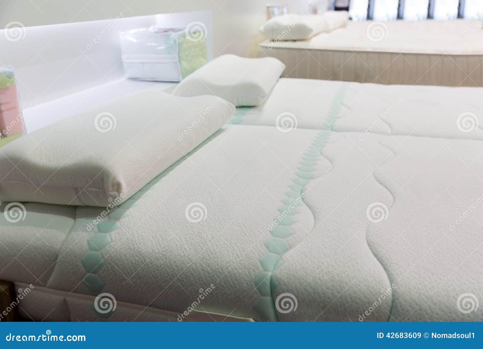Cama macia confortável com descansos