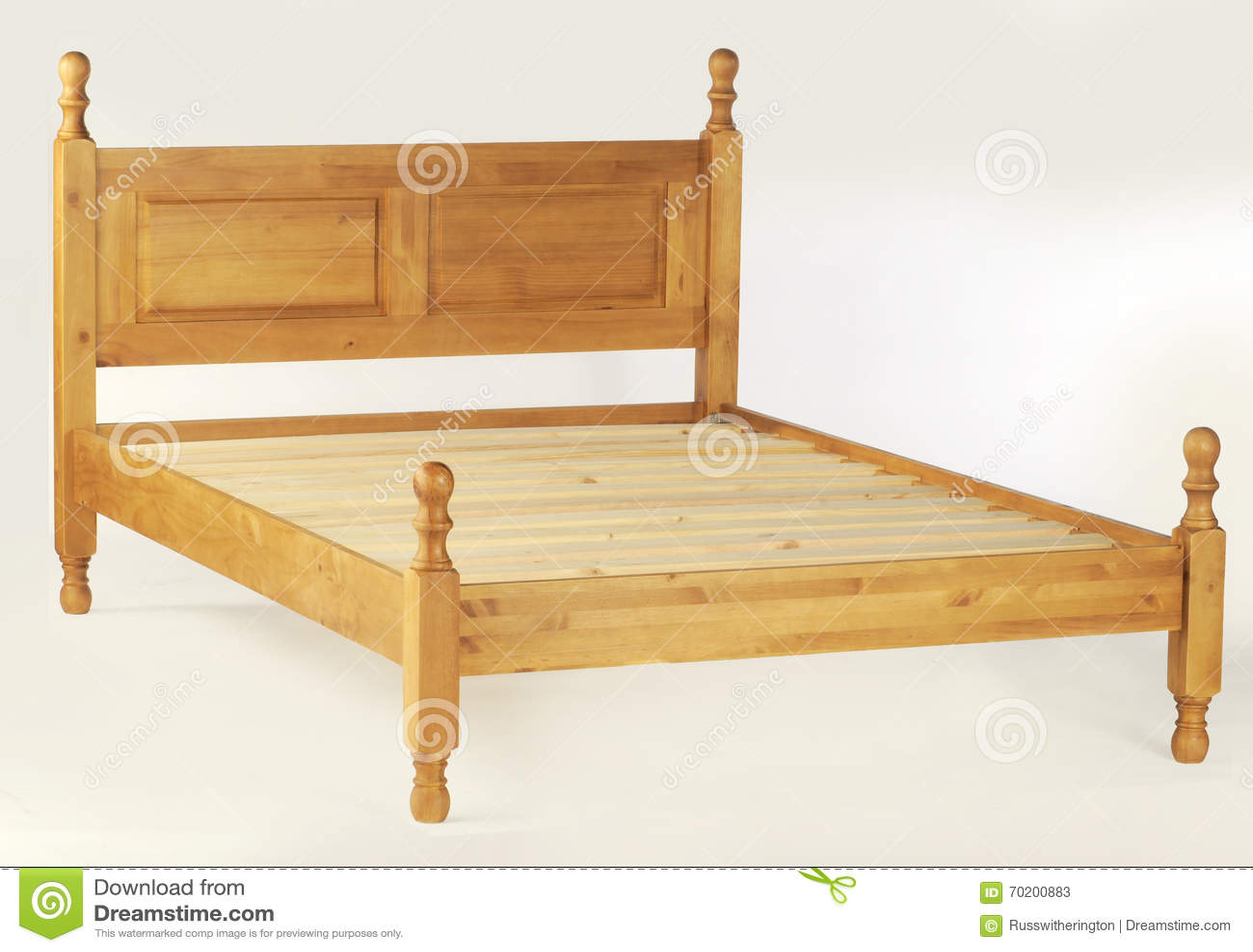 Cama matrimonial imagen de archivo. Imagen de madera - 70200883