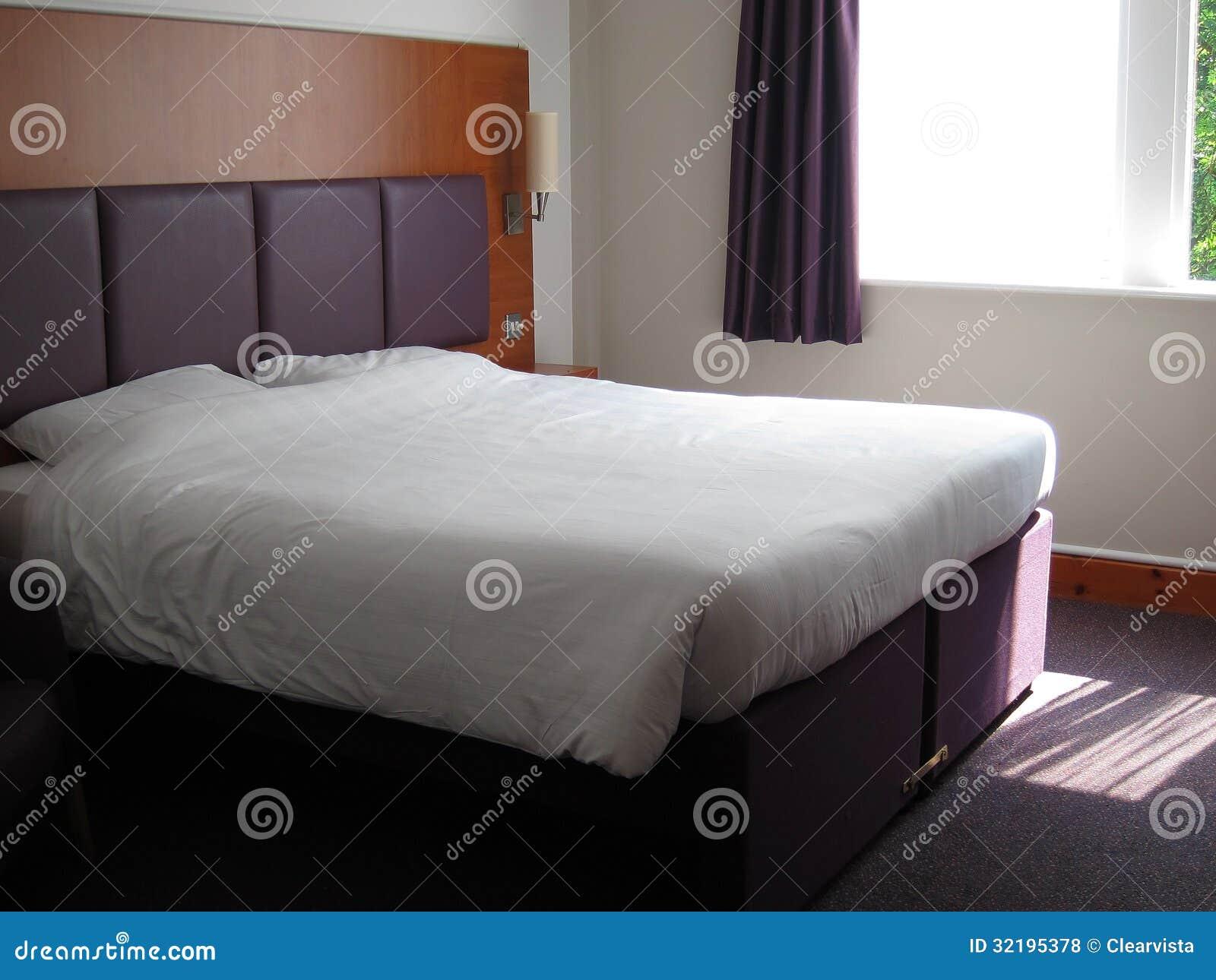 cama matrimonial grande fotos de archivo libres de