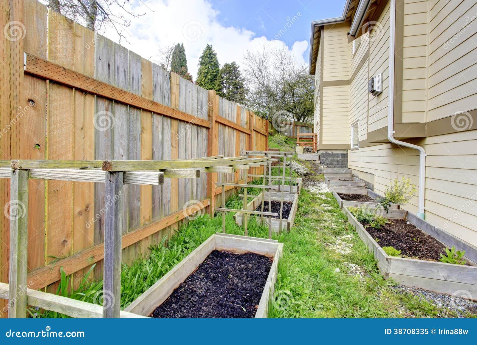 trelica jardim madeira:Small Wooden Garden Trellis