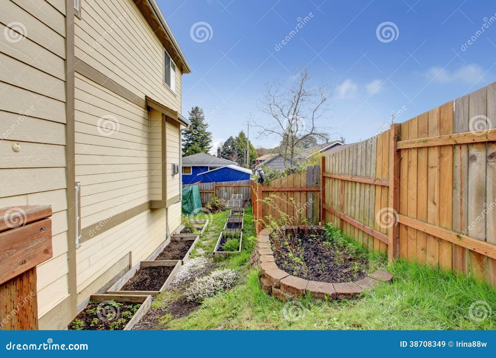 trelica jardim madeira: de ` Cama pequena do jardim do quintal com treliça de madeira