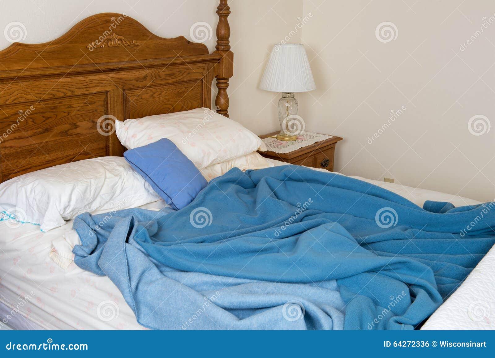 Cama sucia sin hacer, dormitorio casero