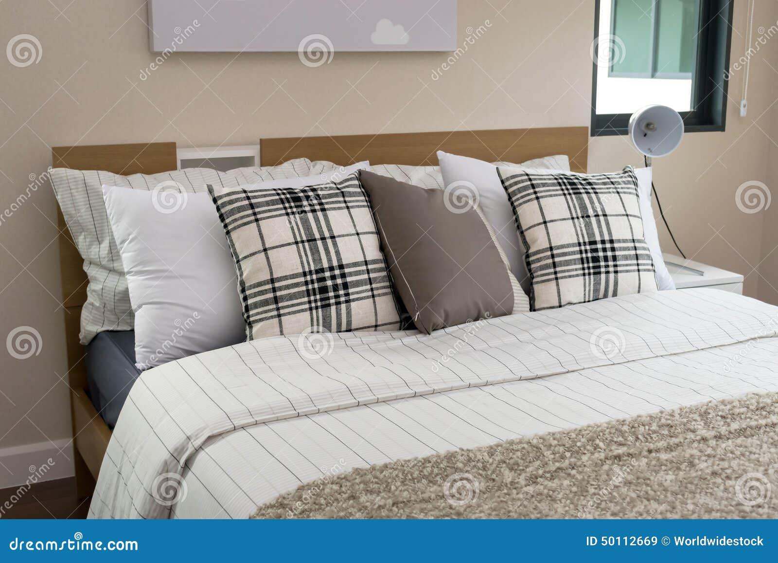 Cama y almohadas con la l mpara blanca foto de archivo - Almohadas para cama ...