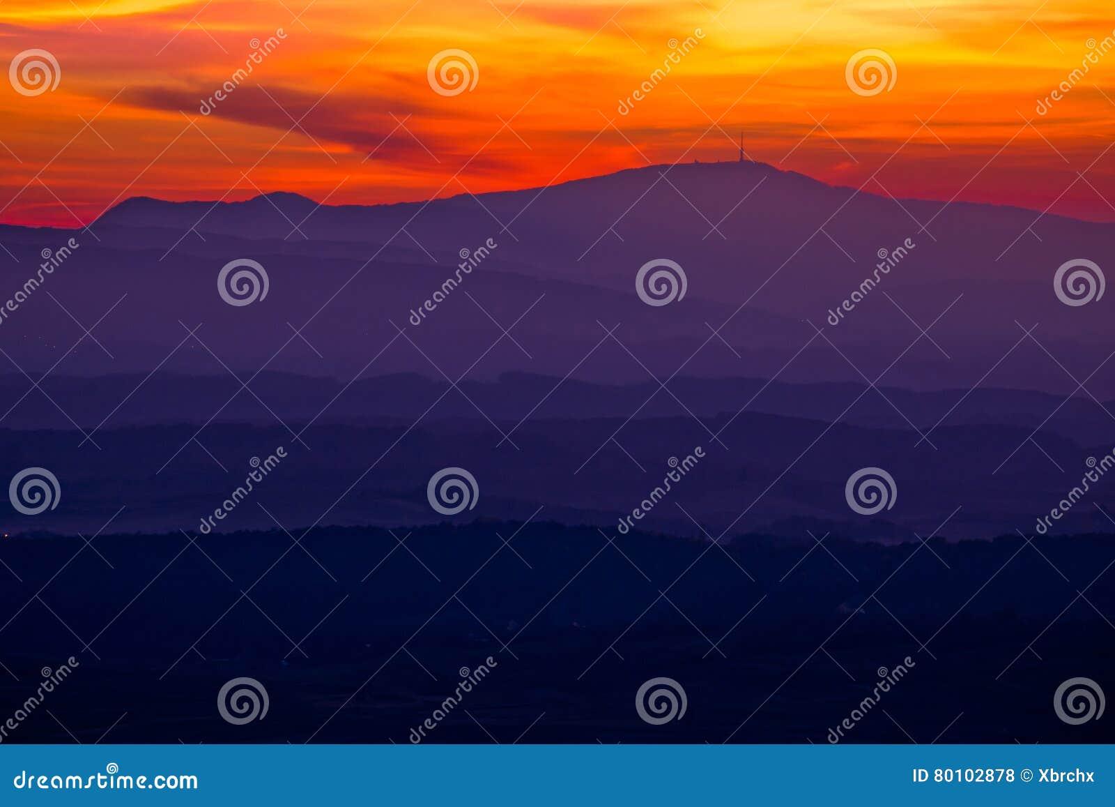 Camadas coloridas do por do sol de região de Prigorje