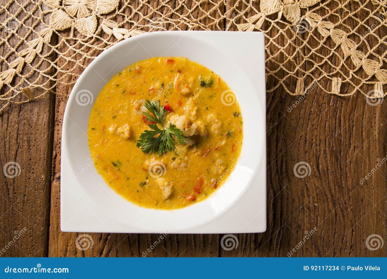 Camarão Bobo - um prato brasileiro do camarão em um puro da refeição da mandioca e do leite de coco