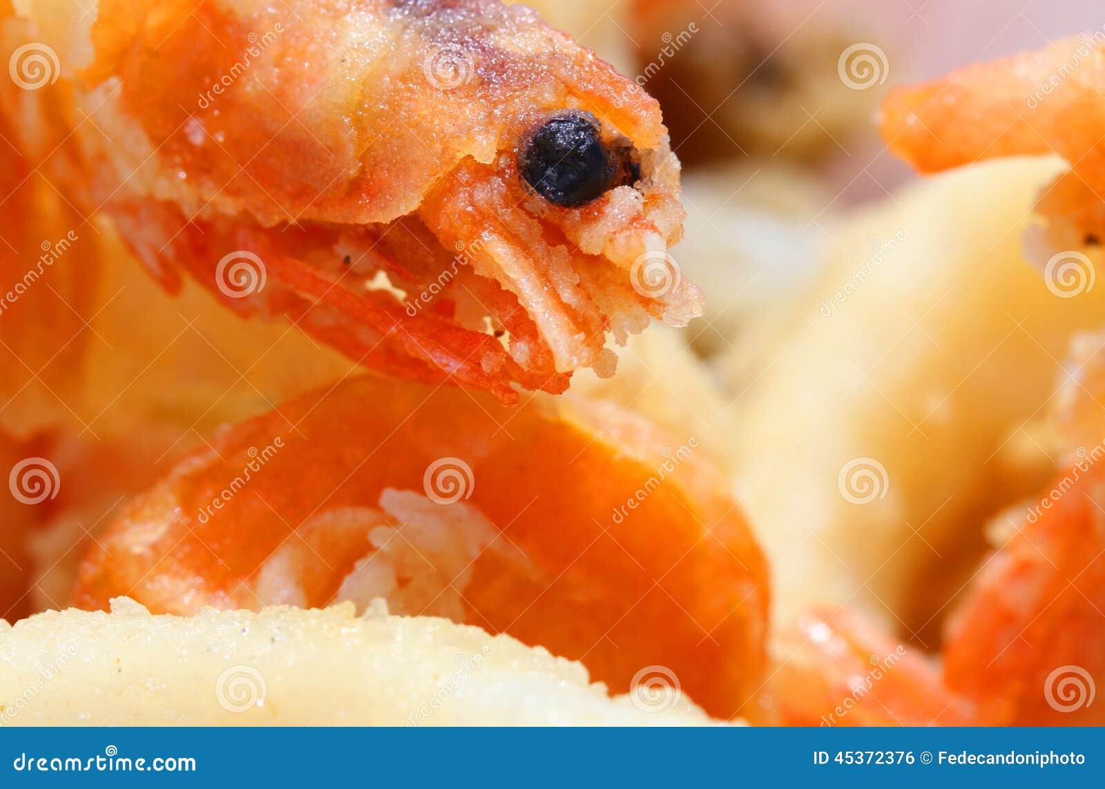 Camarão fritado com lente macro e outros peixes fritados