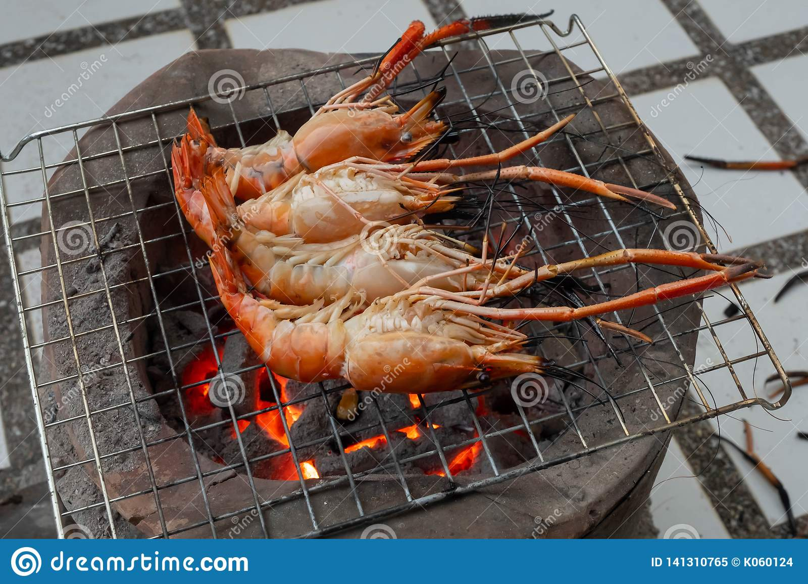 Camarão grelhado no fogo