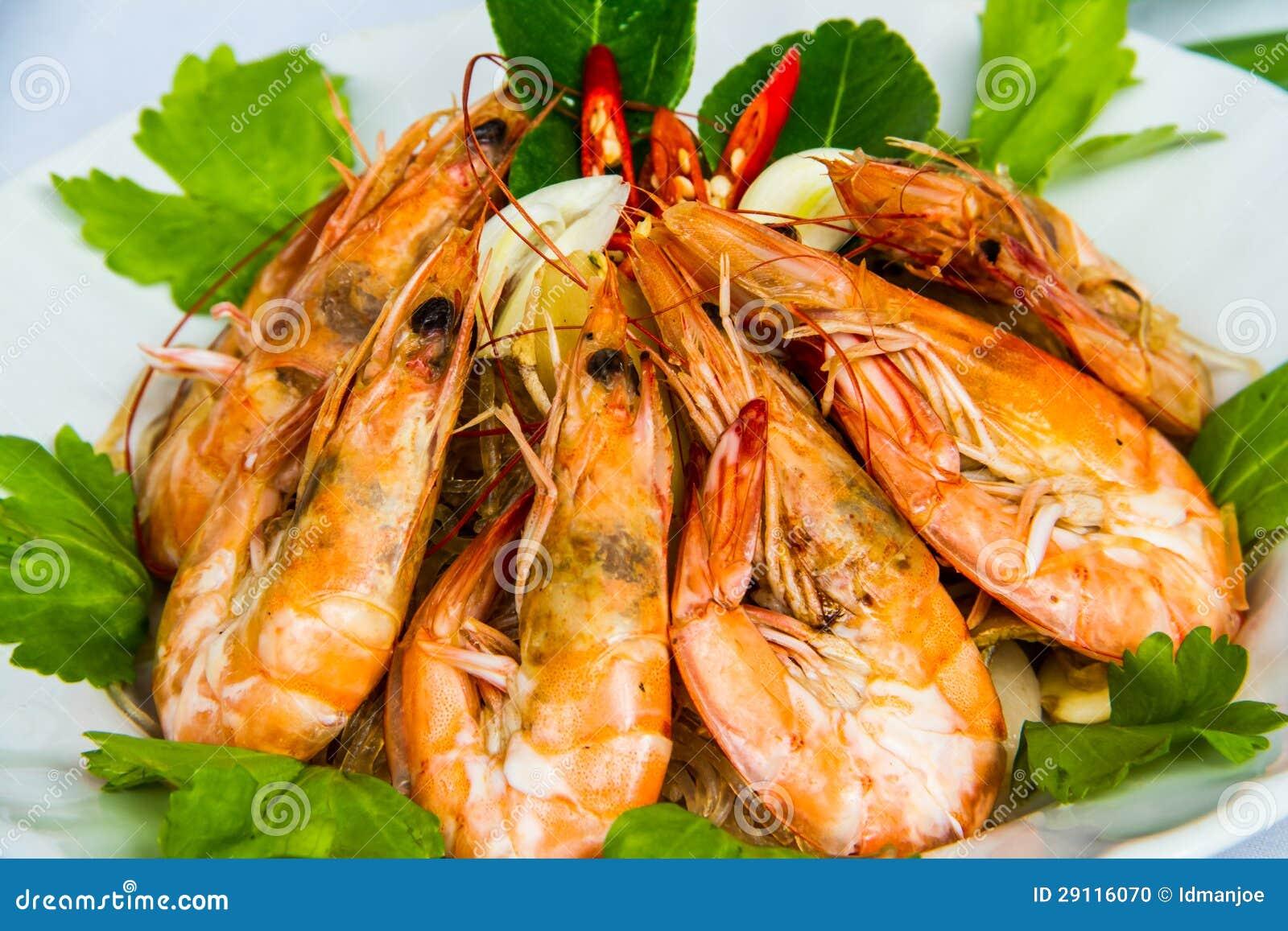 Camarón con los tallarines de la haba en plato tailandés