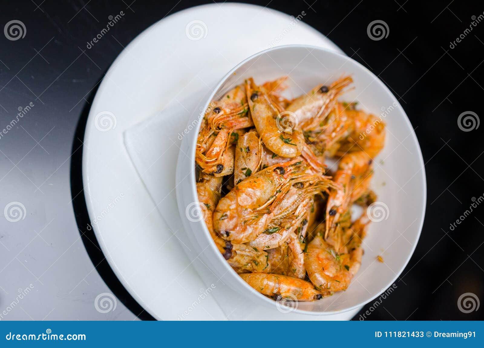 Camarón sofrito El que está del plato principal nacional del ` s de Tailandia la comida popular en Tailandia