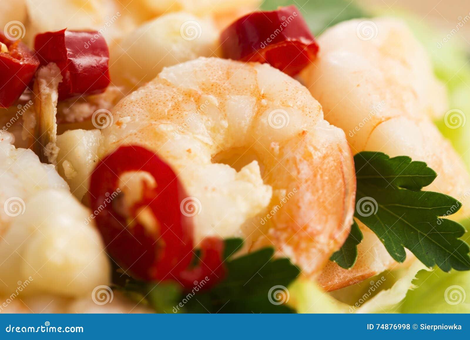 Camarões cozinhados com alho e pimentões