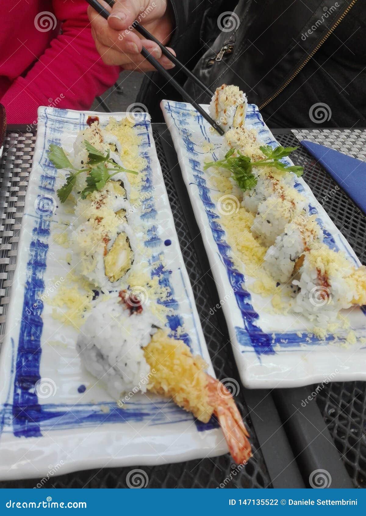 Camarões fritados do sushi saborosos