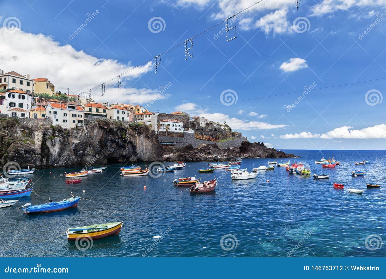 Camara de Lobos, Madeira, Portugal - 26 de julho de 2018: Barcos brilhantes dos pescadores na baía da vila