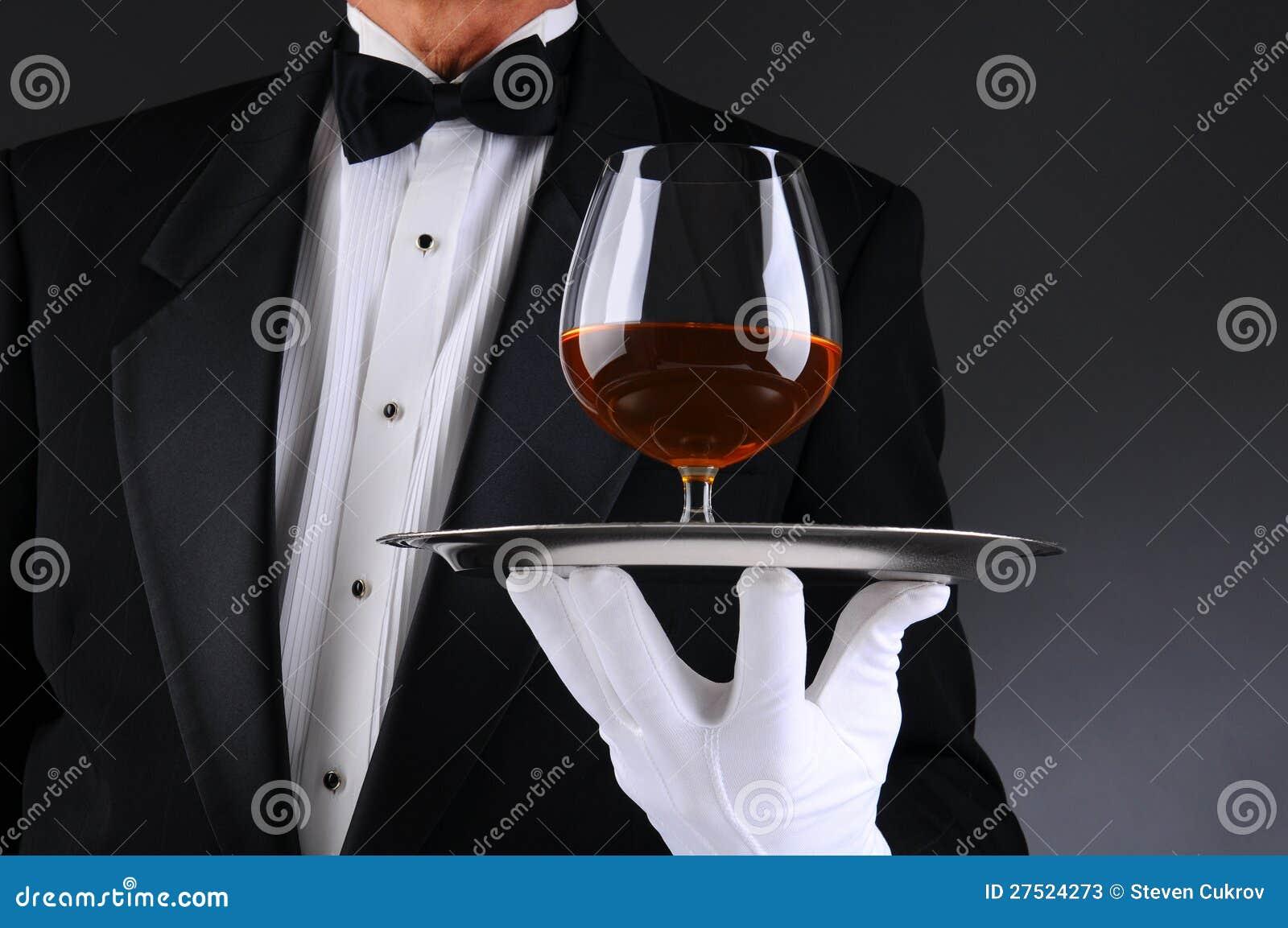 Camarero con el trago de brandy en la bandeja